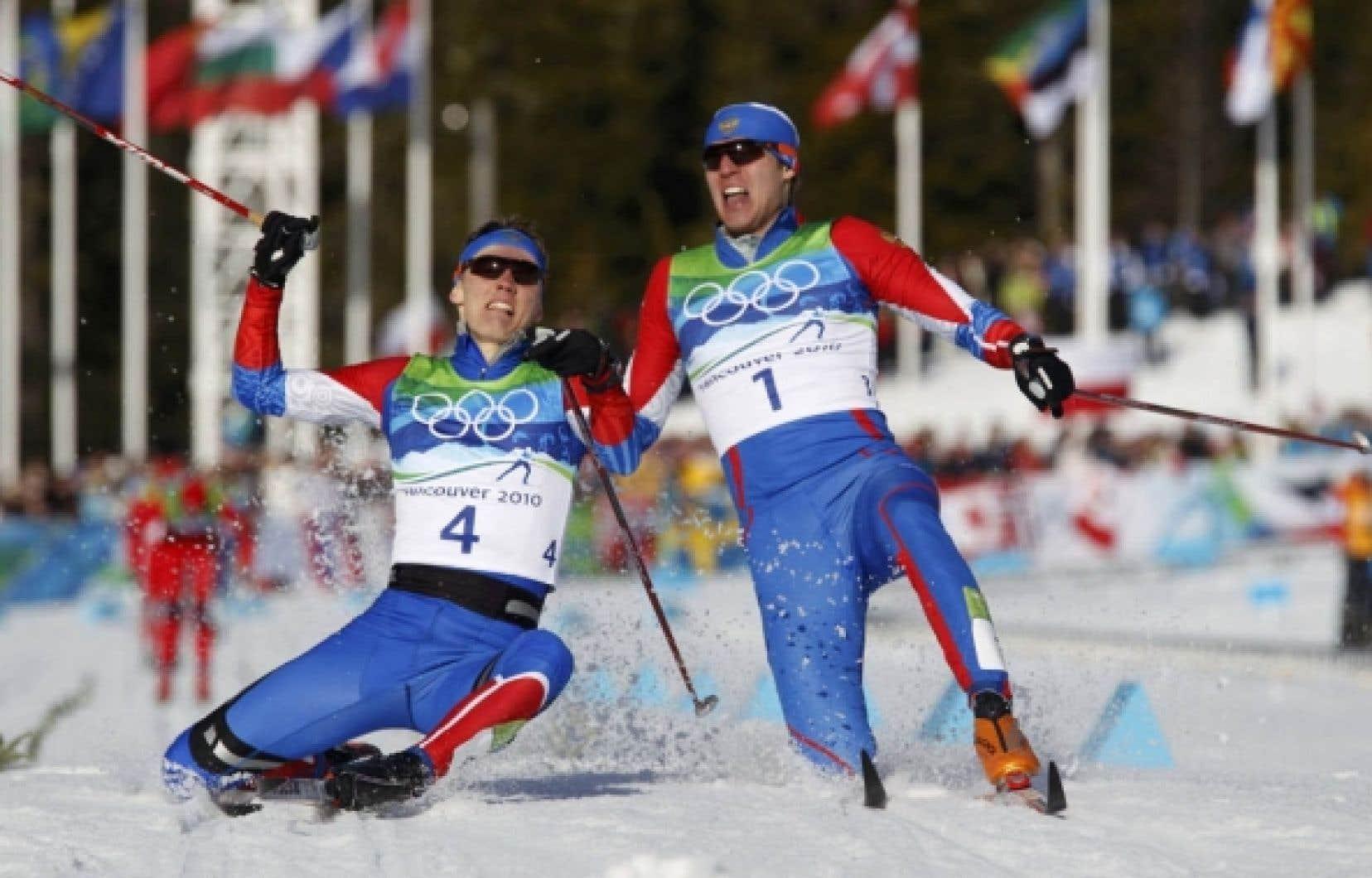 Le Russe Nikita Kriukov (à gauche) a devancé au fil d'arrivée  son compatriote Alexander Panzhinskiy en étirant la jambe pour remporter l'or.