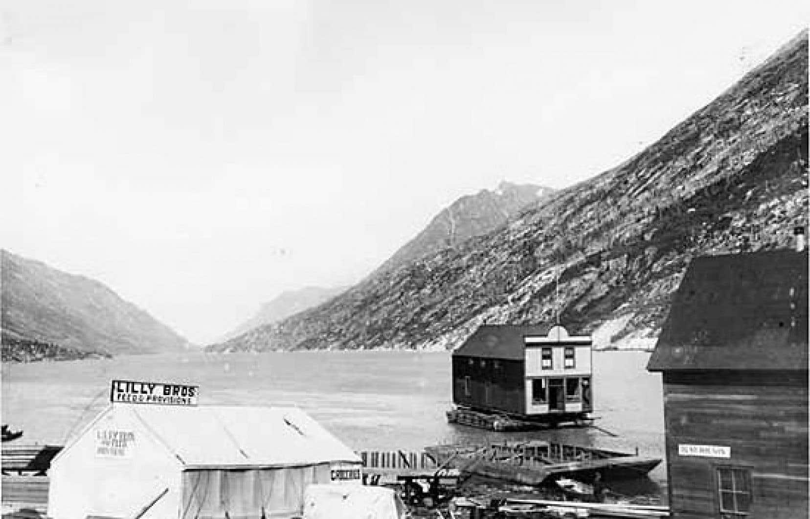 Photo du premier Arctic Hotel du grand-père Trump, lors de son déménagement sur le lac, à Bennett