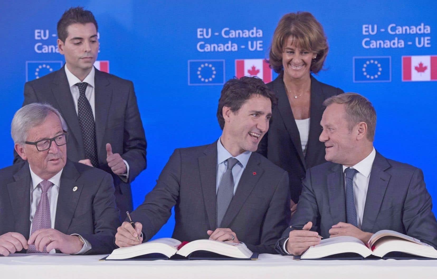Le président de la Commission européenne, Jean-Claude Juncker, le premier ministre, Justin Trudeau, et le président du Conseil européen, Donald Tusk, ont paraphé l'accord dimanche.