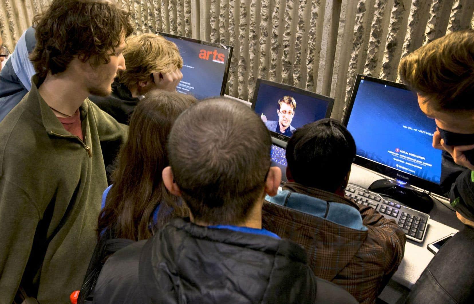 Considéré comme un héros par les groupes de défense des libertés, Edward Snowden est inculpé pour espionnage aux États-Unis, où il risquerait jusqu'à 30 ans de prison.
