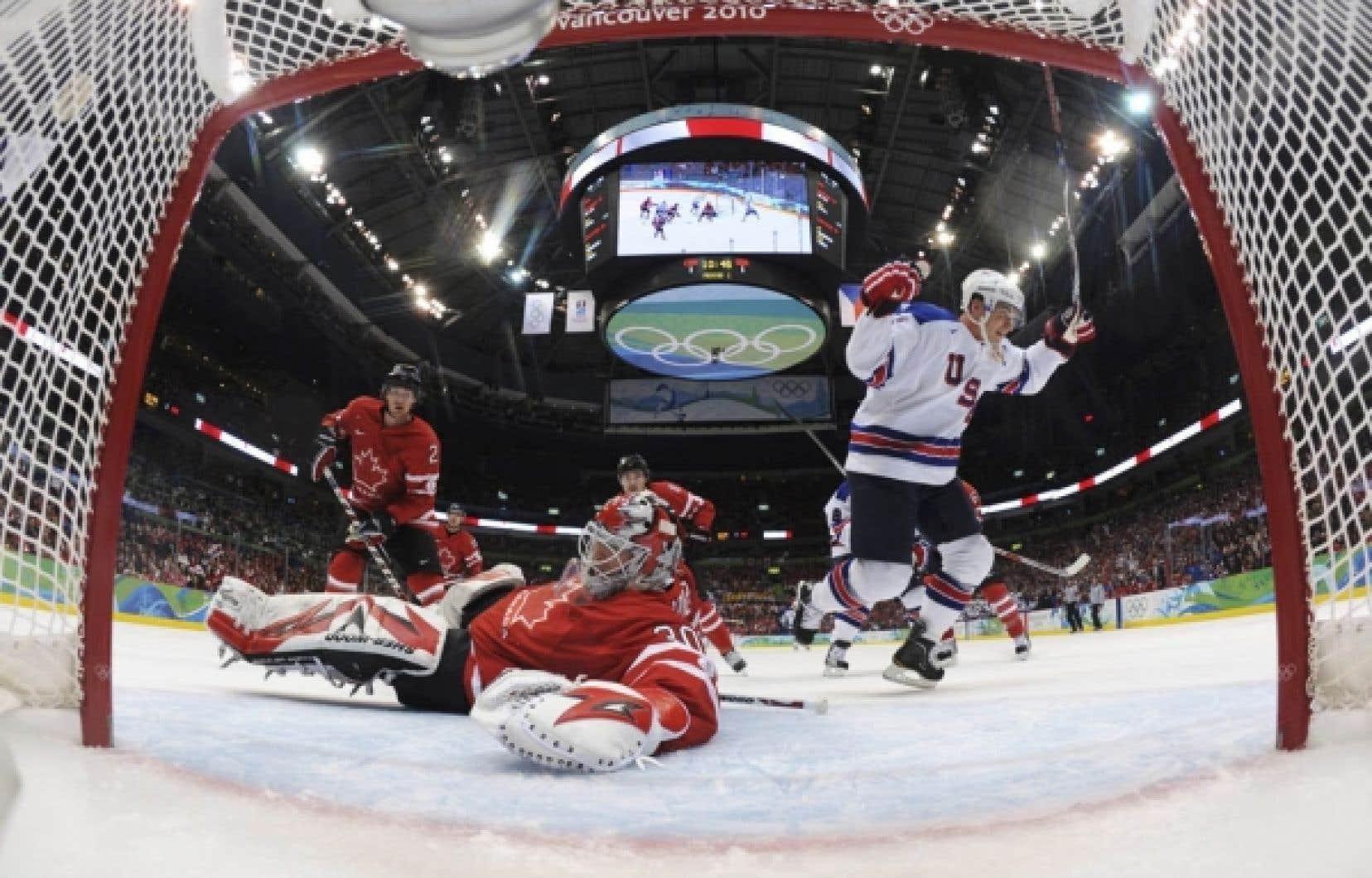 Brian Rafalski, des États-Unis, célèbre l'un de ses deux buts marqués hier aux dépens de Martin Brodeur du Canada.