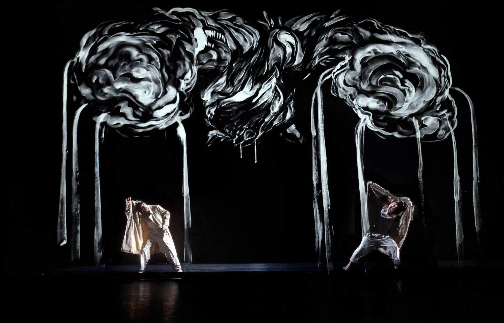 Les têtes pensantes de Tentacle Tribe ont invité le peintre Gene Pendon, dont les traits projetés envahissent l'espace comme la danse.