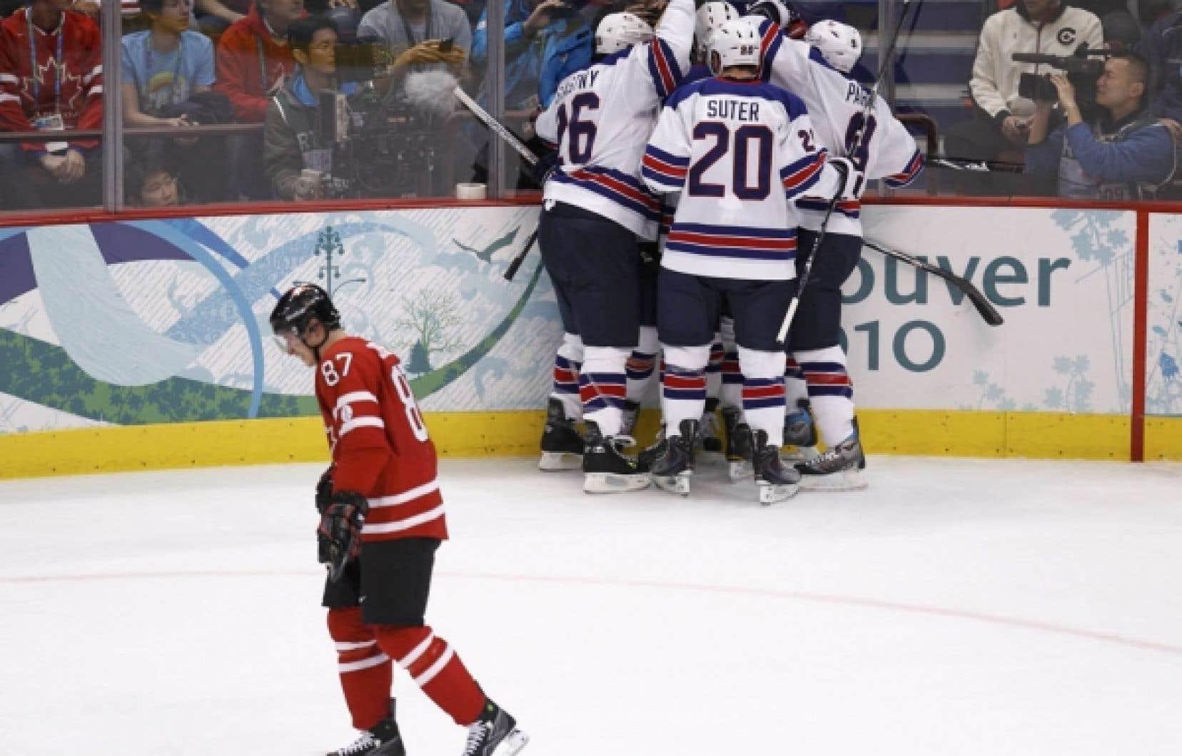 L'équipe américaine célèbre un de ses buts marqués lors du match de dimanche pendant que Sidney Crosby, du Canada, retourne au banc de son équipe.