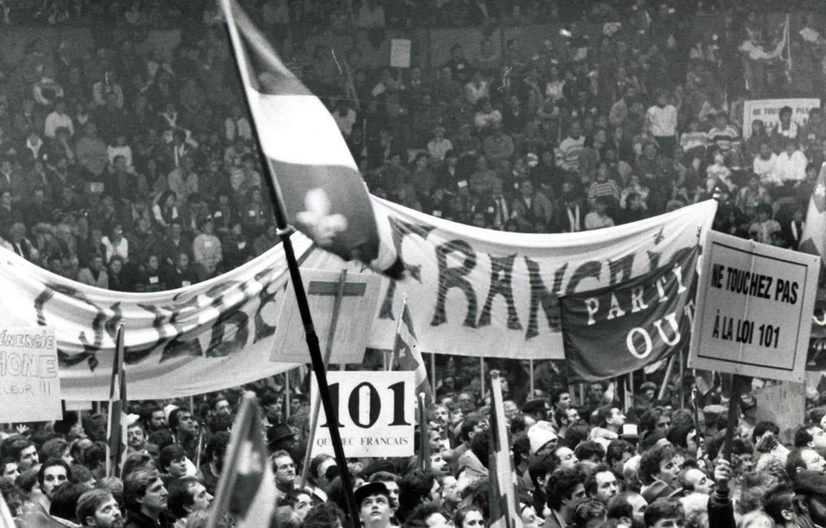 Touchez pas à la loi 101! Décembre1988, le Québec descend dans la rue pour protester contre des modifications à la Charte de la langue française.