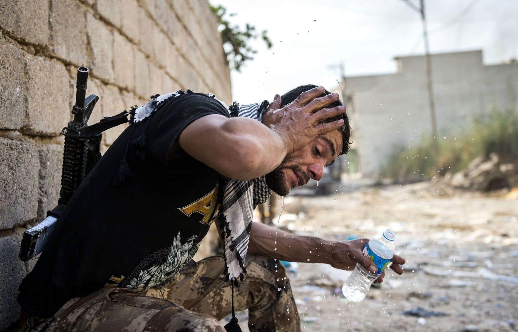 Un soldat des forces spéciales irakiennes fait une pause pendant l'assaut contre les quartiers de Mossoul occupés par les djihadistes du groupe EI.