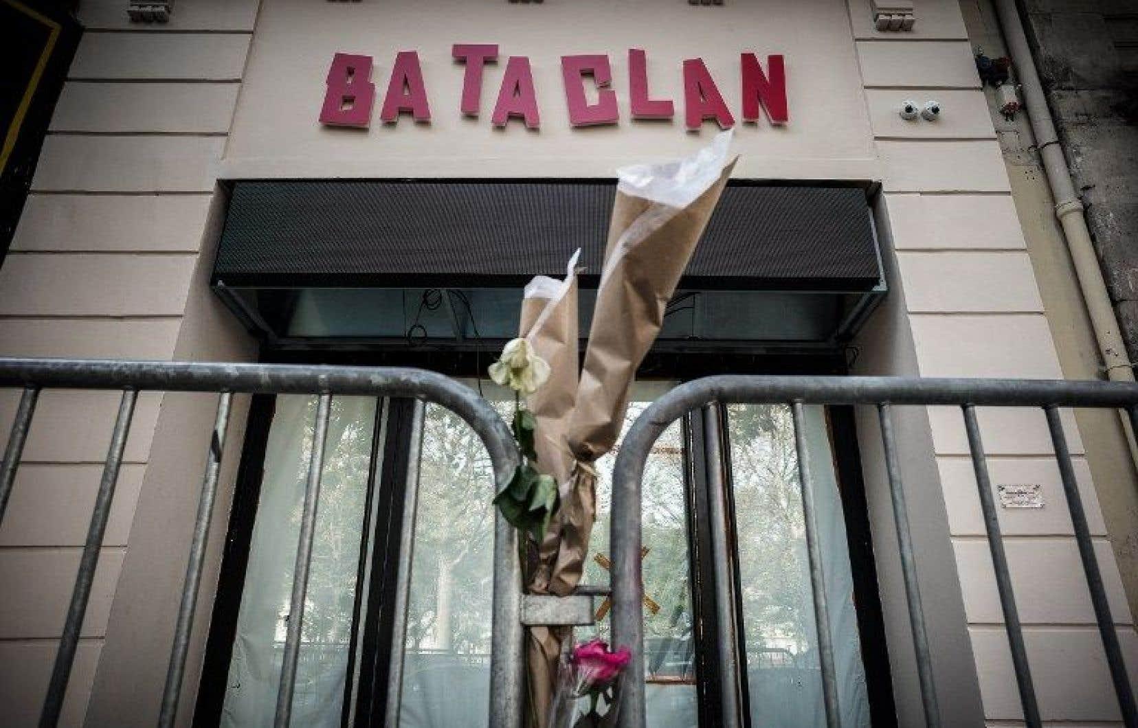 Le Bataclan, emblématique d'une jeunesse festive, a été longtemps après l'attentat un lieu de recueillement pour des foules d'anonymes.
