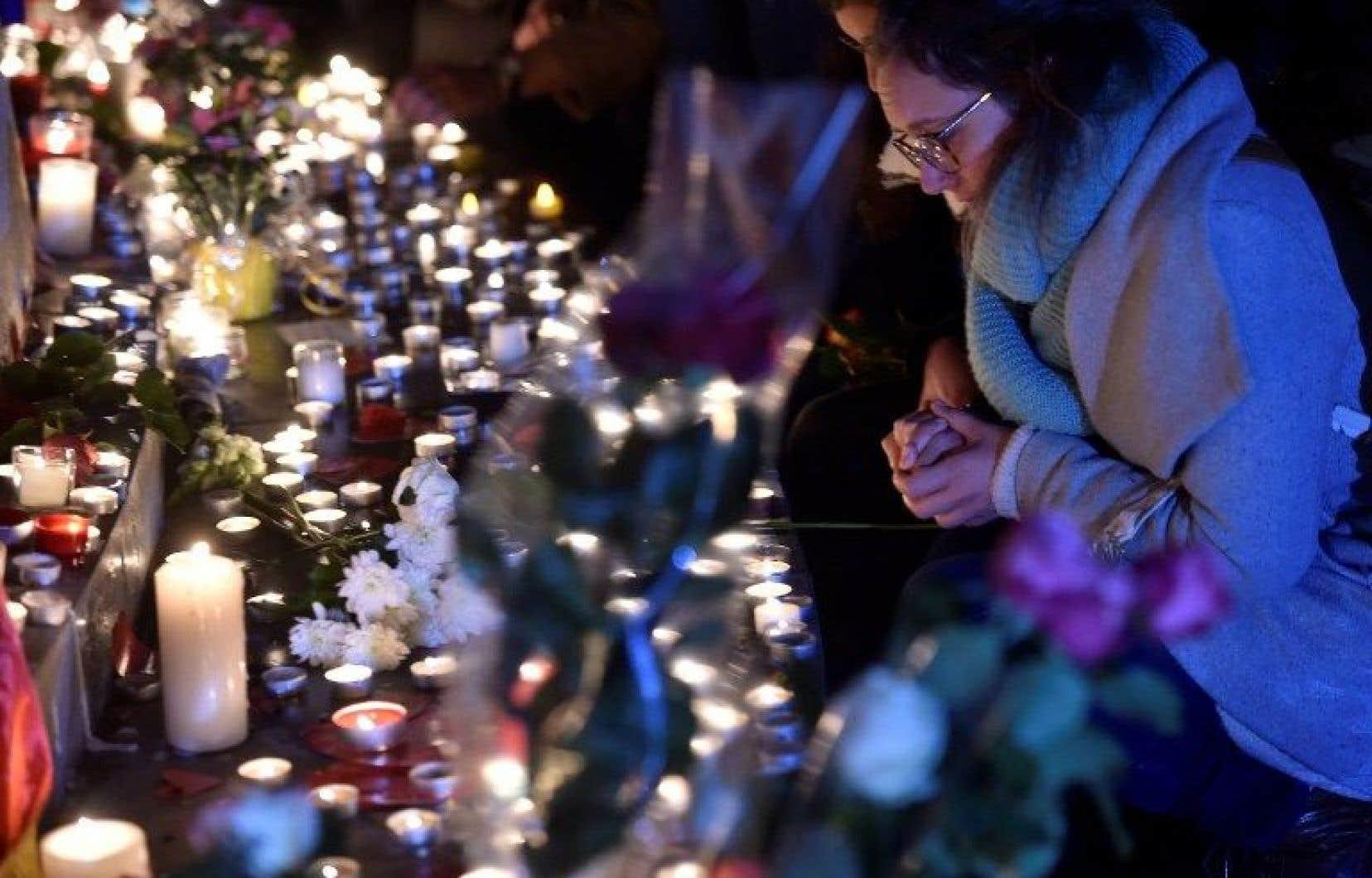 À Paris, des centaines de personnes ont suivi avec recueillement les cérémonies.