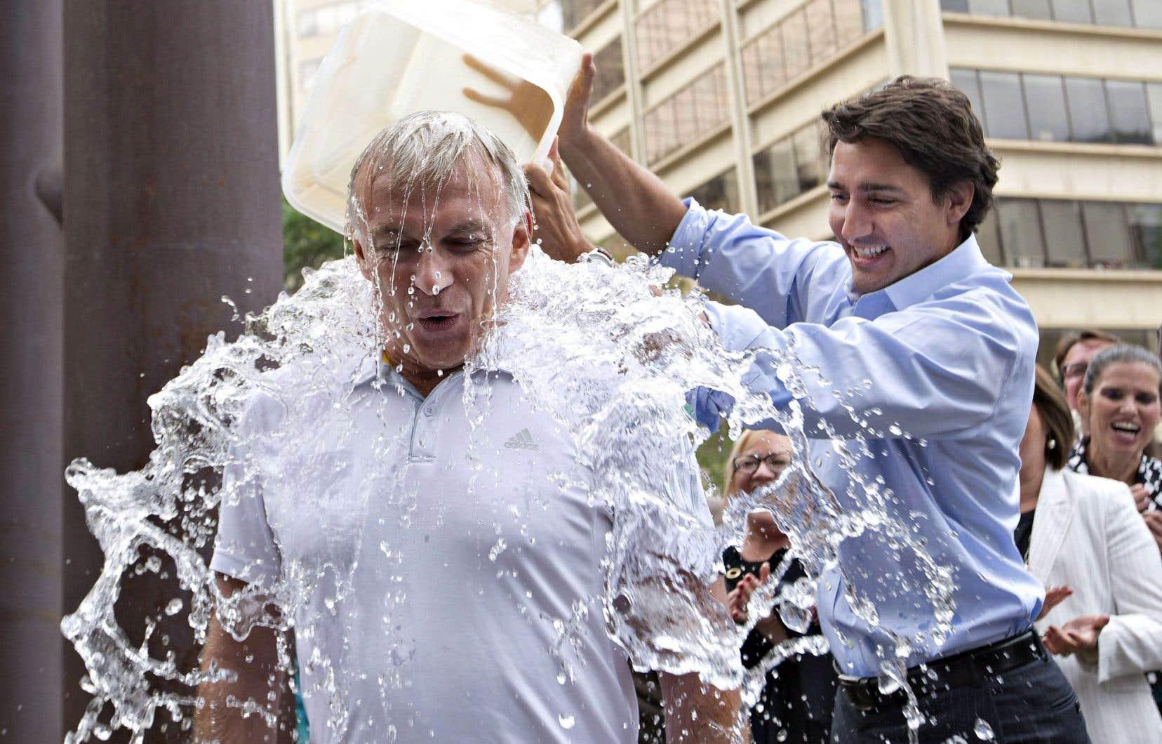Au nom de la lutte contre la sclérose latérale amyotrophique, on a vu des stars, et beaucoup d'anonymes, se verser un seau d'eau glacée sur la tête. Sur la photo, Justin Trudeau se prêtant à l'exercice avec le député libéral Sean Casey, en août2014.