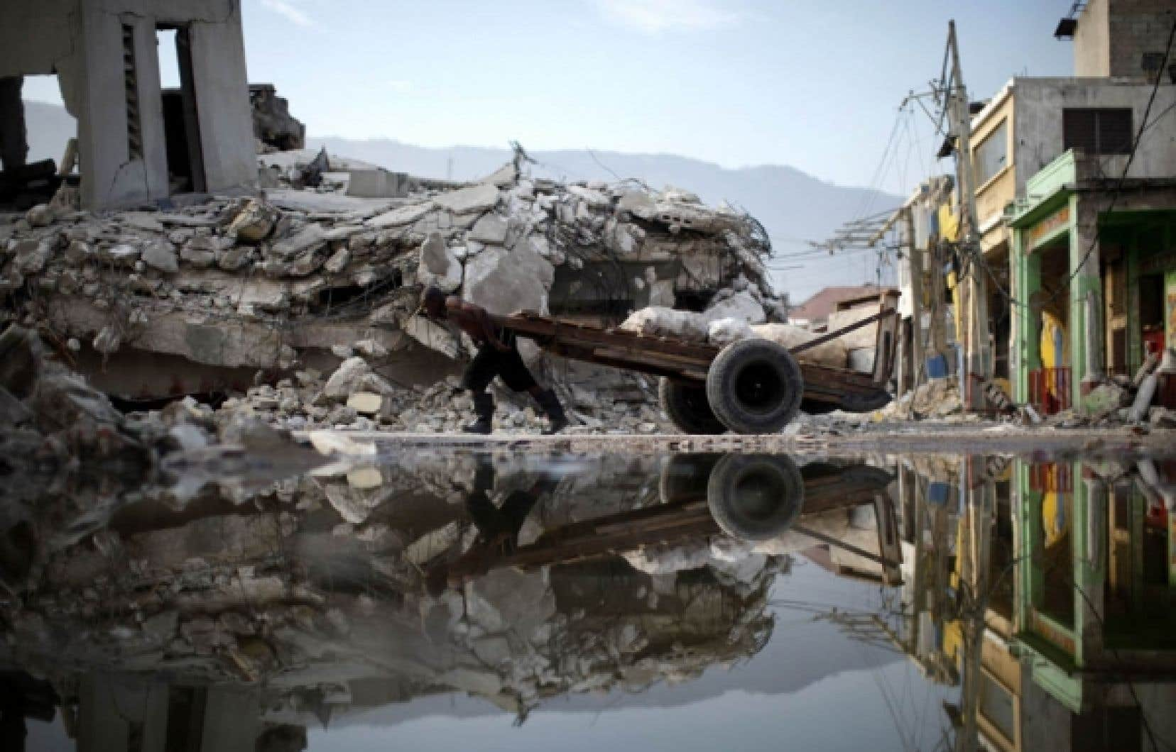 Un Port-au-Princien traîne du mieux qu'il peut son chariot entre les débris qui jonchent les rues de la capitale. Des bâtiments abîmés par le séisme du 12 janvier se sont davantage écroulés à la suite de répliques qui ont secoué de nouveau la Perle des Antilles hier. Des poteaux téléphoniques se sont cassés en deux. La première secousse de la journée, et la plus forte, a atteint une magnitude de 4,7 sur l'échelle de Richter. En un mois, Haïti a connu 56 répliques d'une magnitude de 4 ou plus.