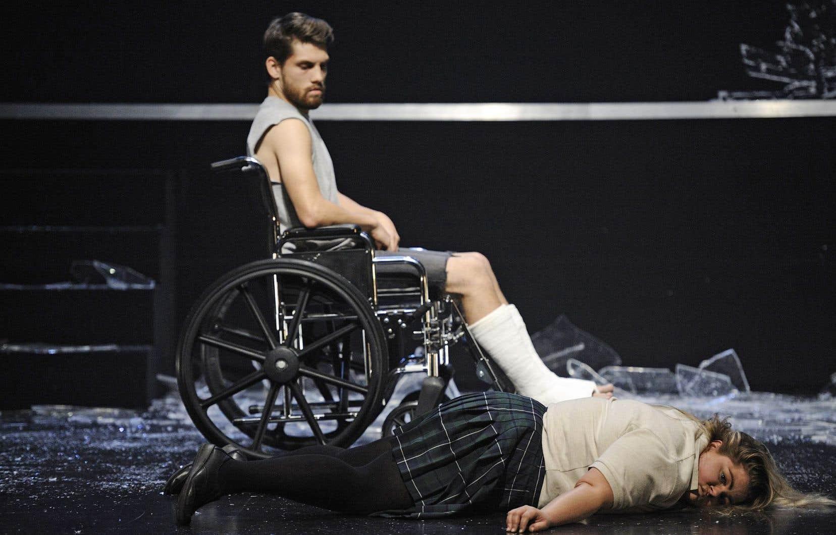 Alexandre Bergeron et Geneviève Schmidt dans une scène de la pièce «Dimanche napalm», sur l'après-Printemps érable