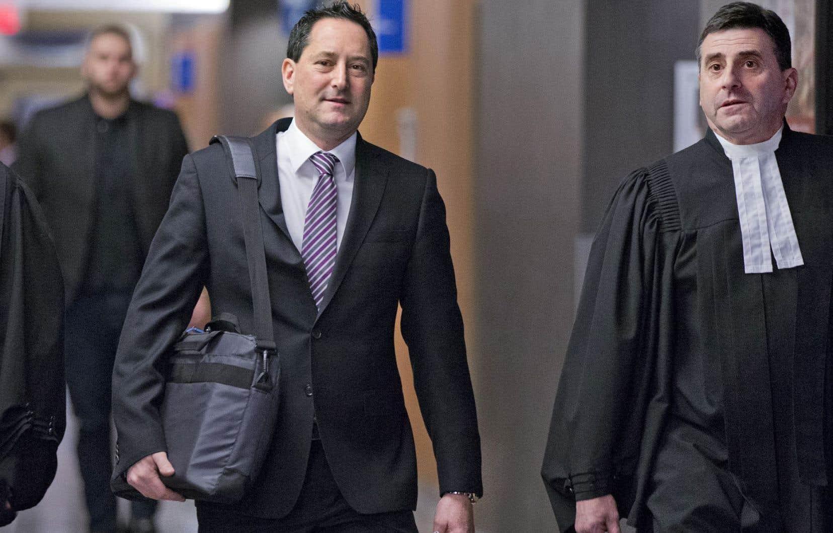 Le procès de Michael Applebaum, que l'on voit ici en compagnie de son avocat, a débuté lundi.