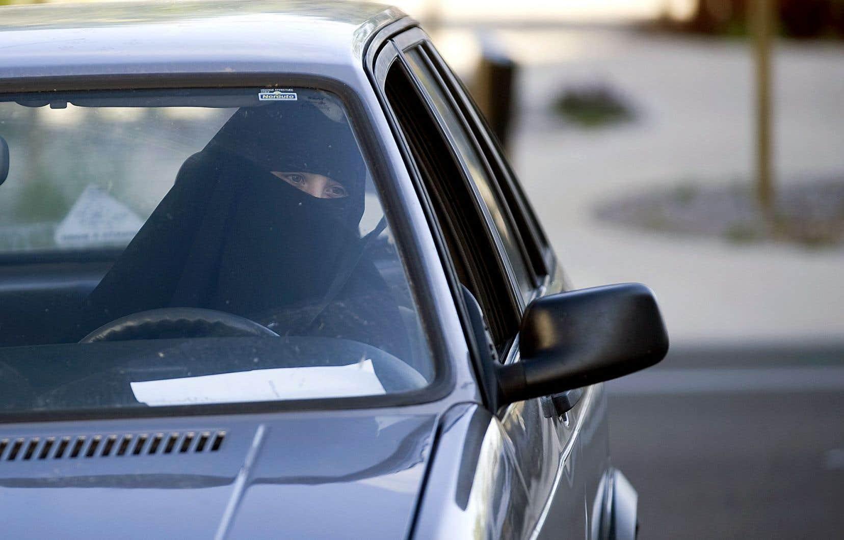 «Le Journal de Québec» a révélé que des musulmanes avaient pu passer l'examen de conduite de la Société d'assurance automobile du Québec (SAAQ) vêtues d'une burqa ou d'un niqab.