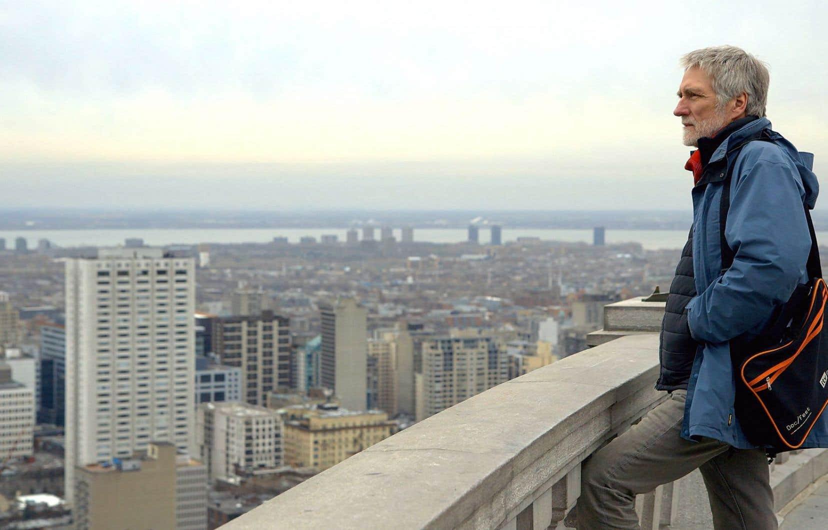 John Walker se déclare «coincé dans une histoire d'amour, écrivant au Québec des lettres qui ne peuvent jamais être postées».