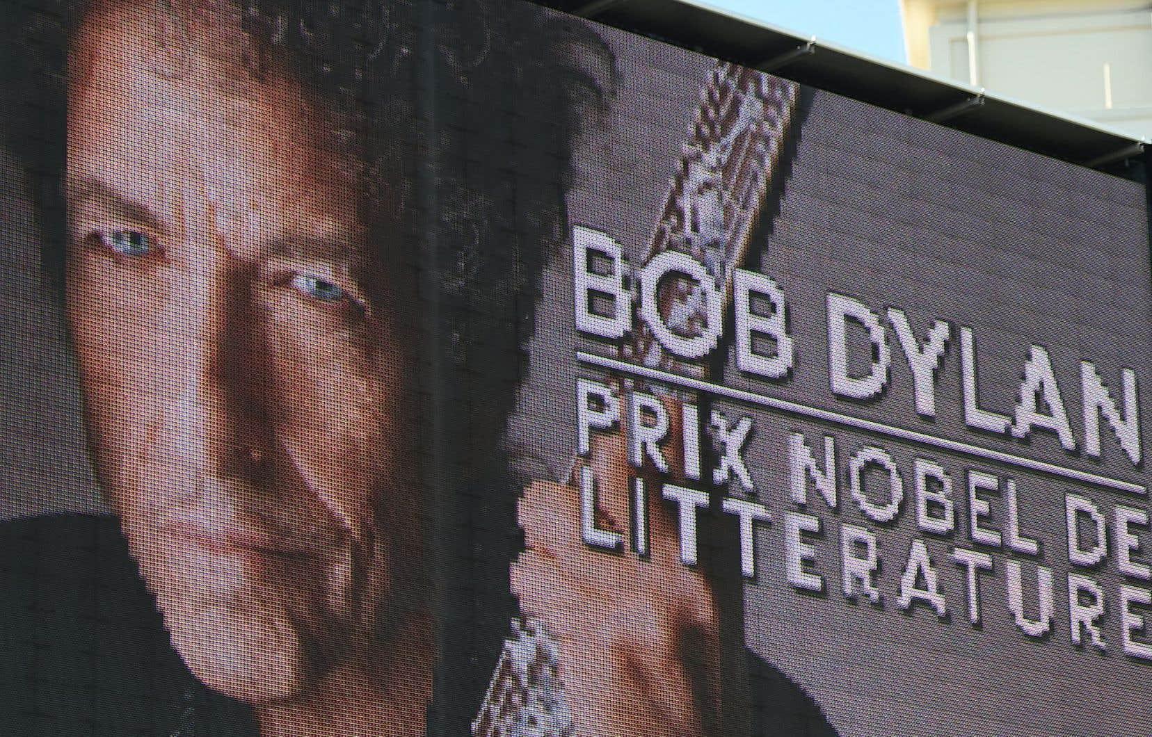 Bob Dylan s'est montré un lauréat un peu particulier en refusant de répondre aux sollicitations du jury qui souhaitait lui parler. Il a laissé ses collaborateurs le faire.