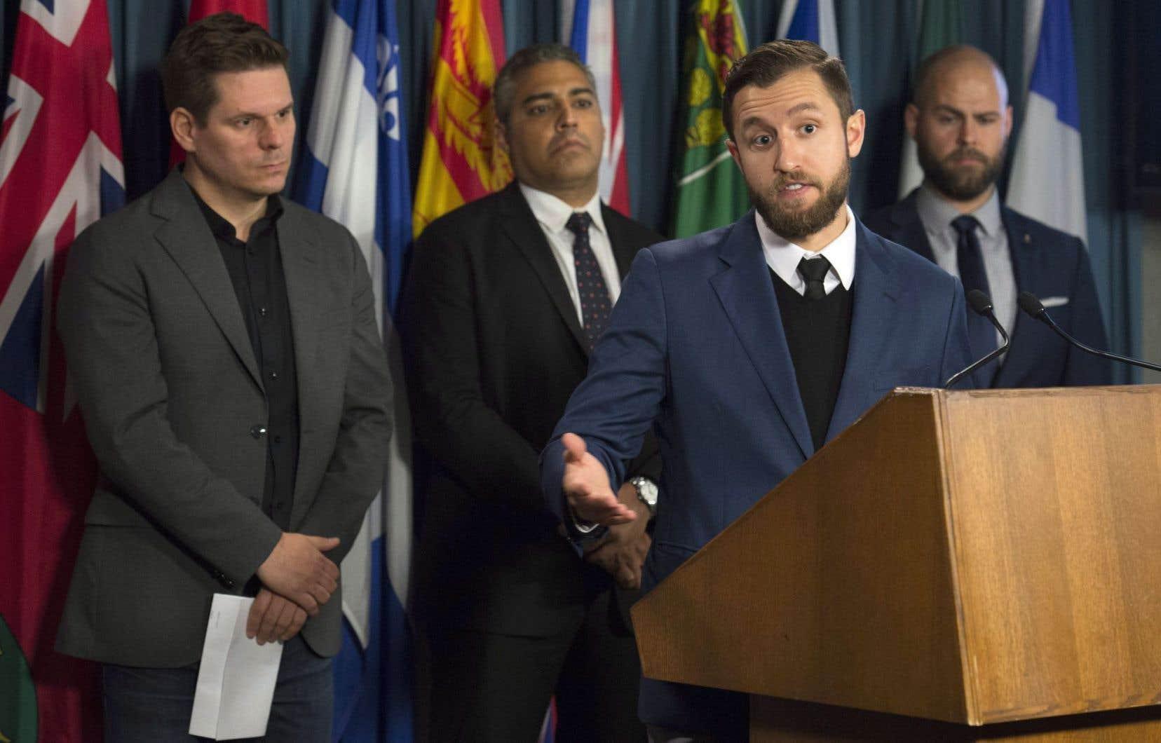 <p>Patrick Lagacé, Ben Makuch et Mohammed Fahmy, ainsi que le directeur exécutif de Journalistes canadiens pour la liberté d'expression (CJFE), Tom Henheffer ont réclamé une loiafin de protéger les sources confidentielles des journalistes.</p>