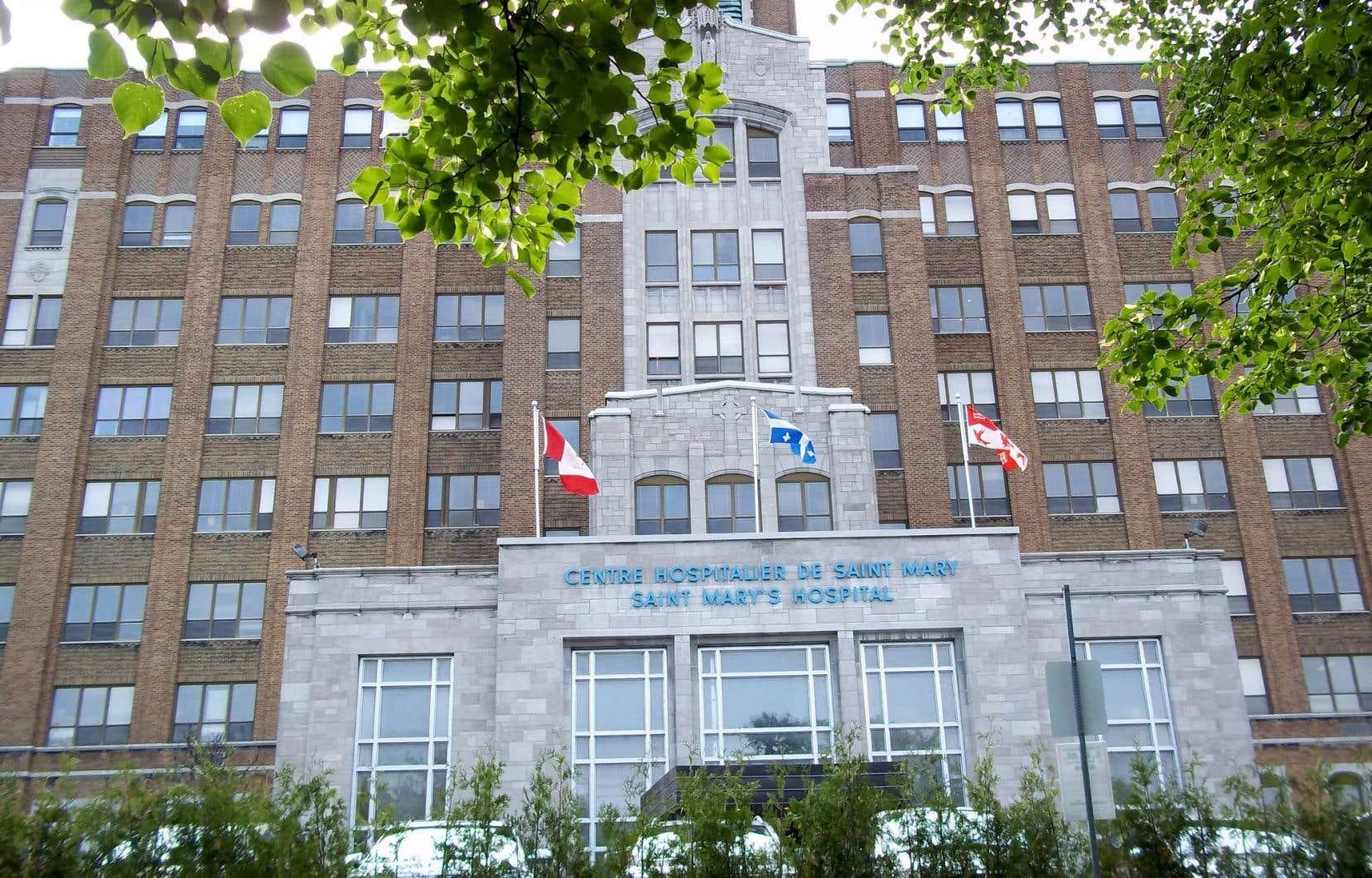 Mark Blandford, considéré comme un pionnier de la télévision au pays, s'était rendu par lui-même à l'urgence de l'hôpital St. Mary pour des douleurs abdominales, le 2novembre 2015.