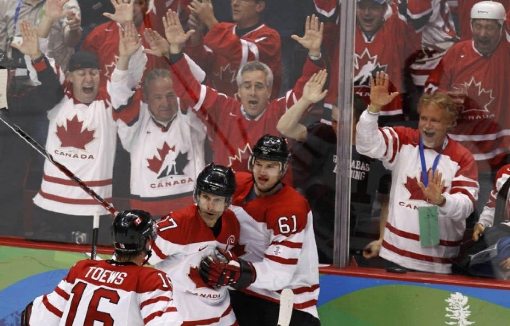 L'équipe masculine de hockey du Canada a obtenu son laissez-passer pour les demi-finales des Jeux, hier. Entouré de 18 000 spectateurs en liesse, le joueur d'avant Rick Nash célèbre le but qu'il a marqué, soit le troisième de son équipe. C'est par la marque de 7 à 3 que s'est achevé le face-à-face-choc Canada-Russie.
