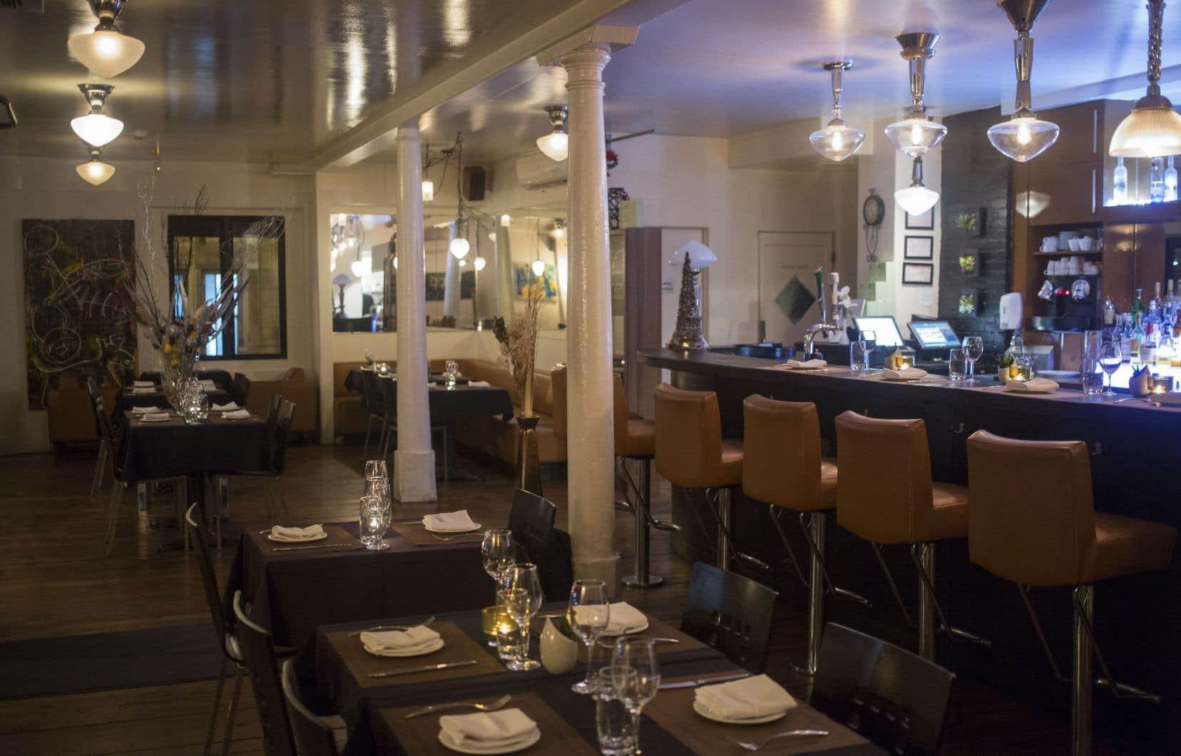 Un petit restaurant avec de belles grandes assiettes le for Salle a manger montreal restaurant