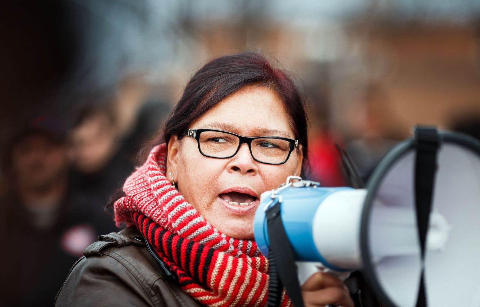 Viviane Michel, présidente de Femmes autochtones du Québec, a pris la parole devant la centaine de personnes qui s'étaient réunies à l'extérieur du palais de justice de Val-d'Or.