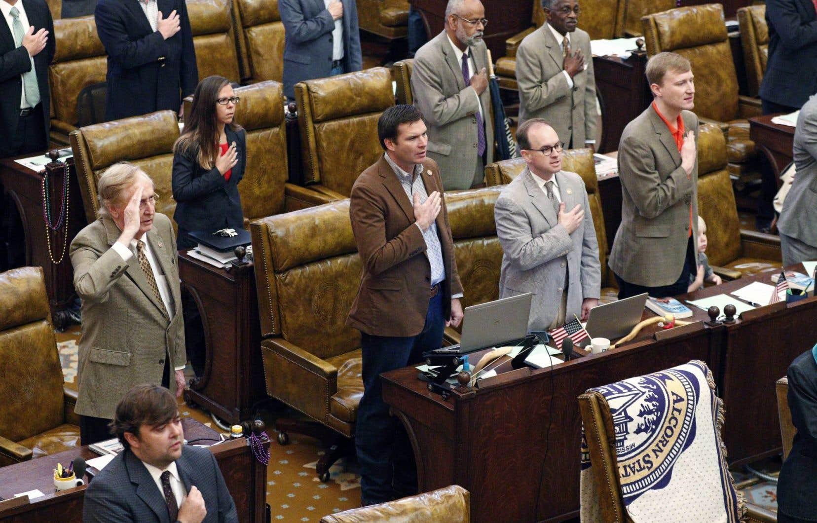 Les élus de la Chambre des représentants américaine récitent le serment d'allégeance avant de commencer leur dernier jour de travail à Jackson, au Mississippi, en avril dernier.