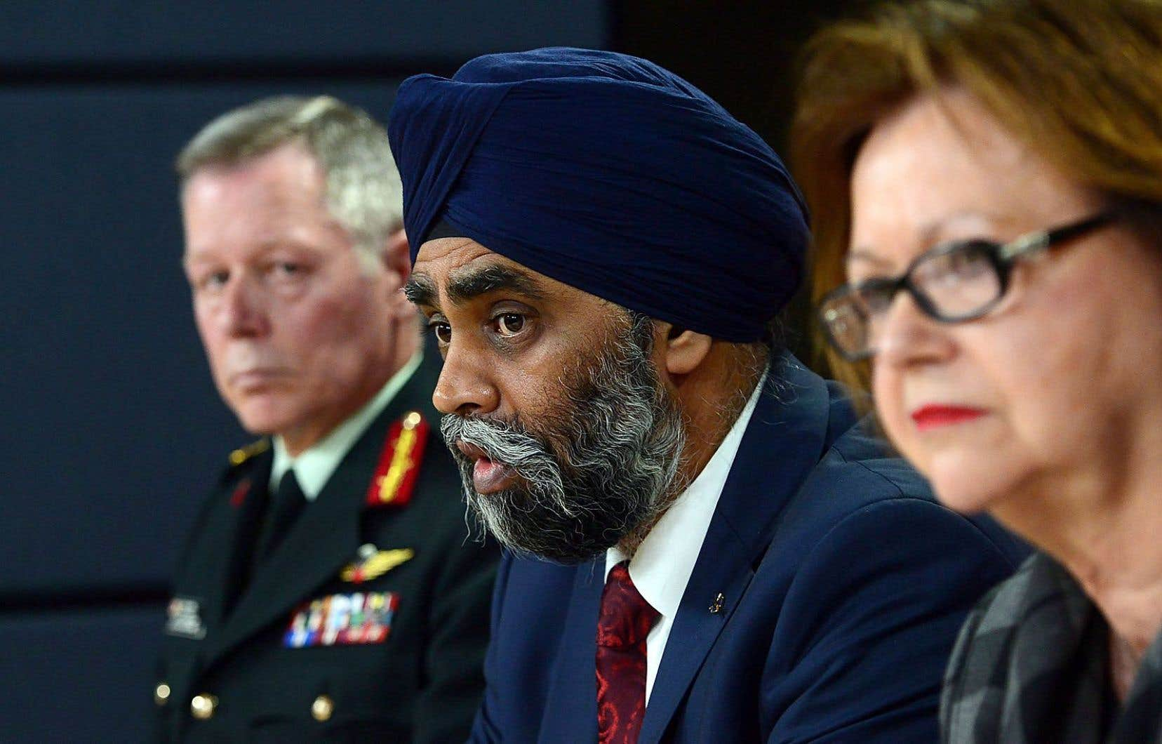 Le général Jonathan Vance, en compagnie de Harjit Sajjan et Judy Foote