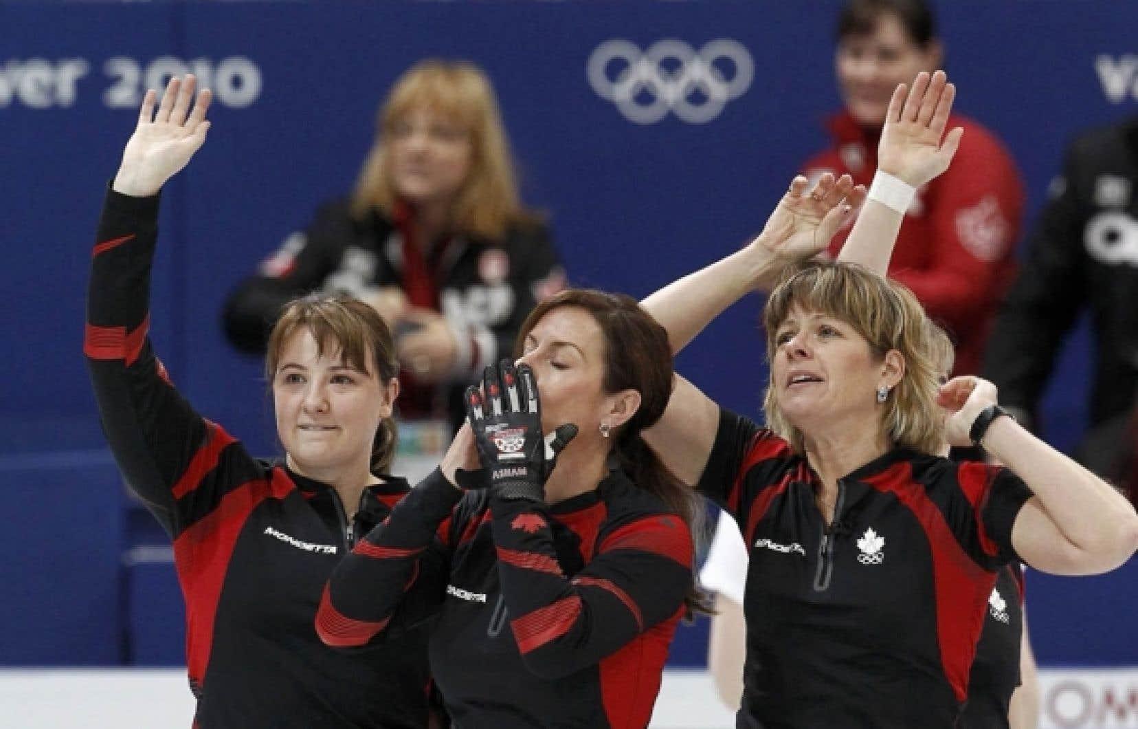 Les joueuses canadiennes Susan O'Connor (à gauche), Cheryl Bernard (au centre) et Carolyn Darbyshire