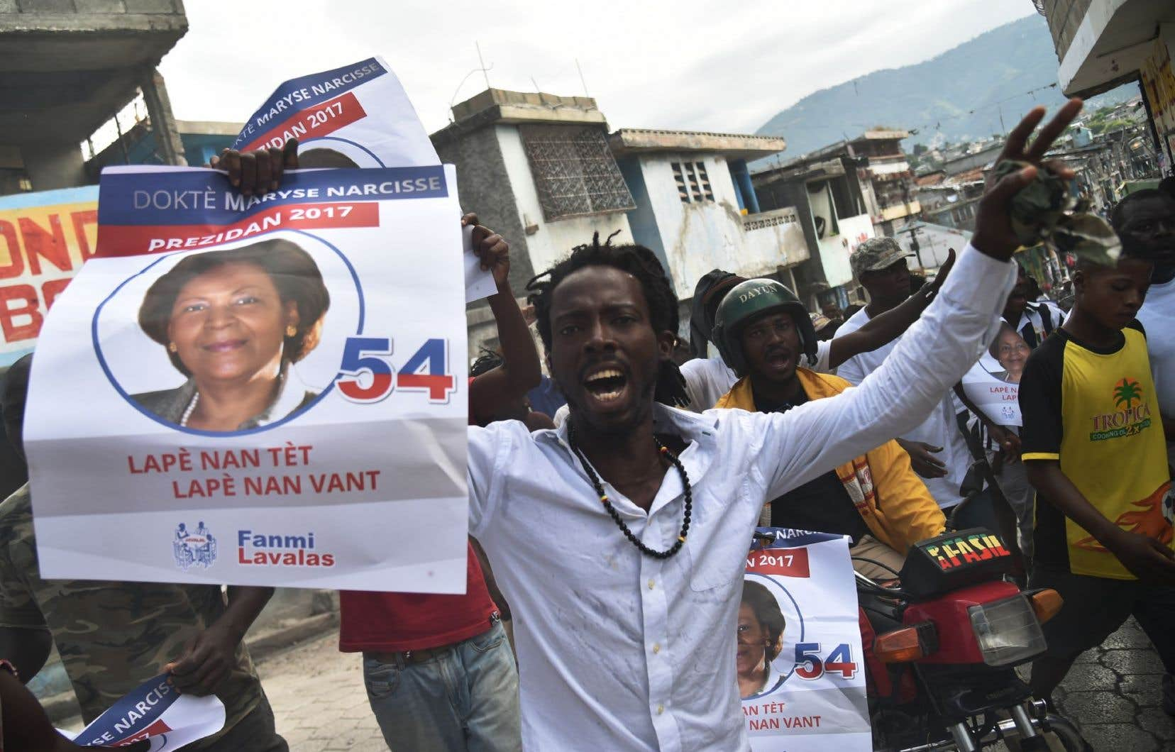 Des supporters brandissent le portrait de la candidate présidentielle Maryse Narcisse, le 21 novembre 2016.