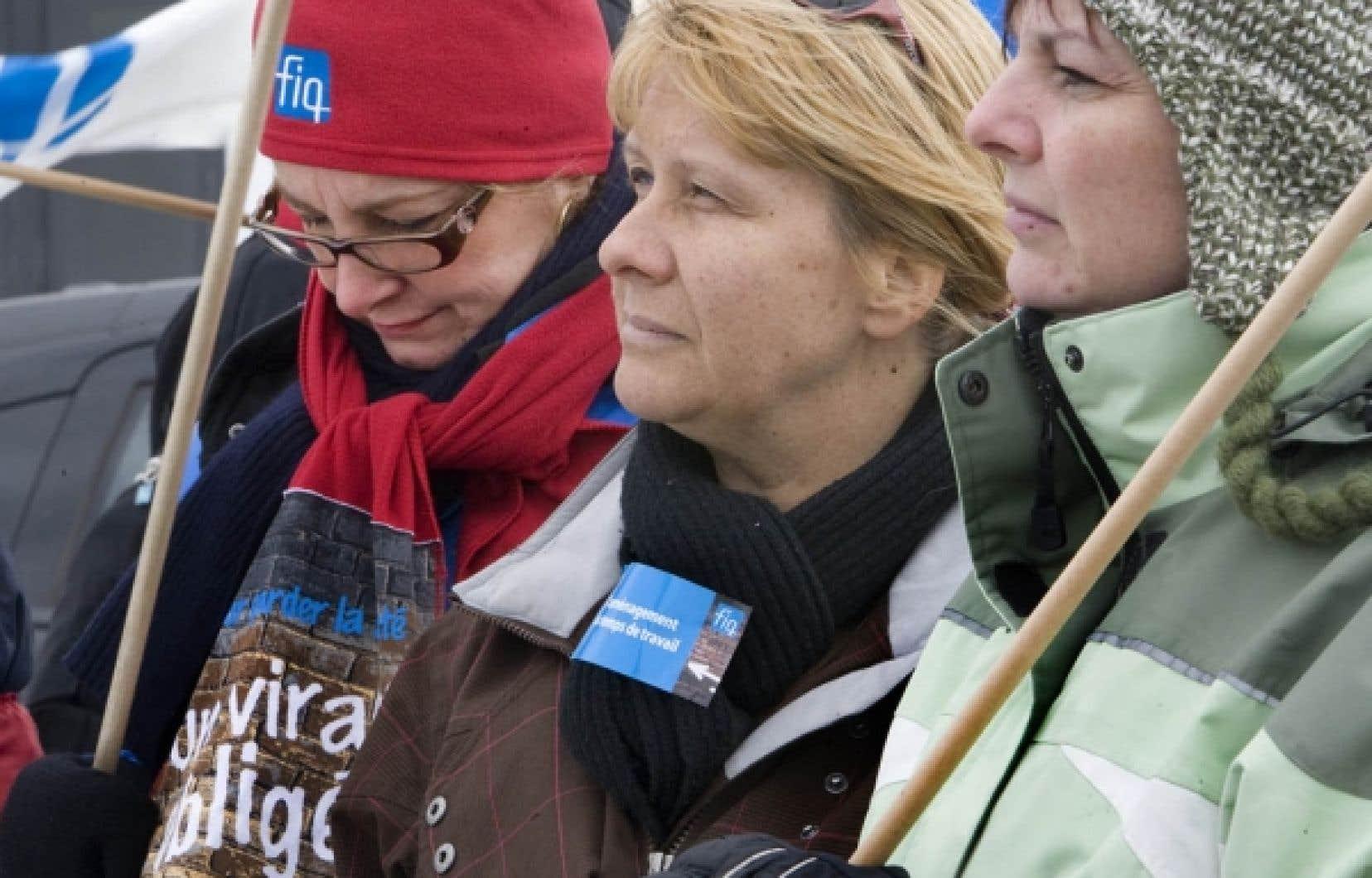 Une cinquantaine d'infirmières et infirmiers ont manifesté hier midi pour dénoncer leurs conditions de travail.