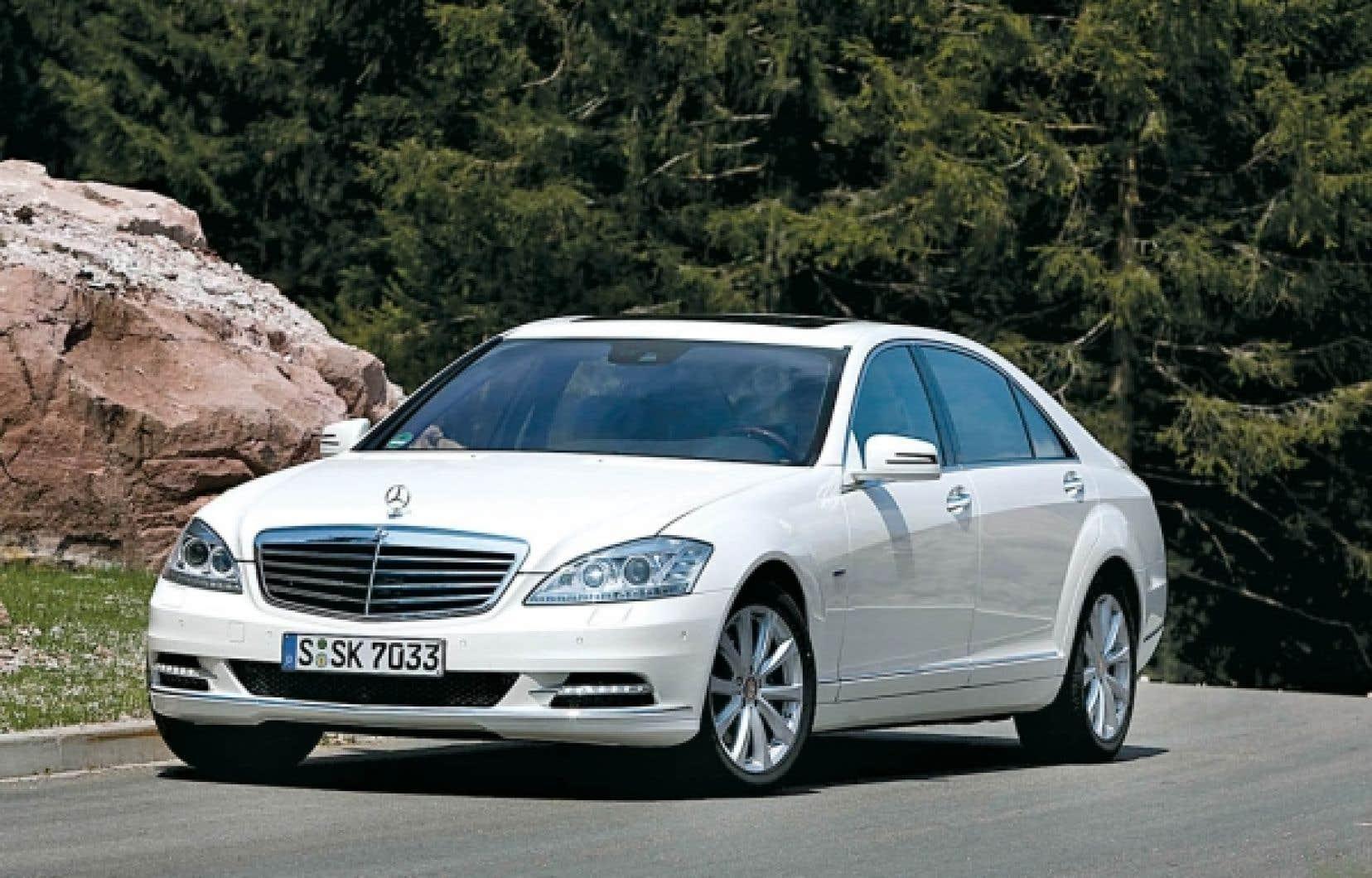 Mercedes se démarque par son élégance, ses lignes fluides et sa personnalité. Même s'il s'agit d'une très grosse voiture, elle semble moins pataude que la Lexus.