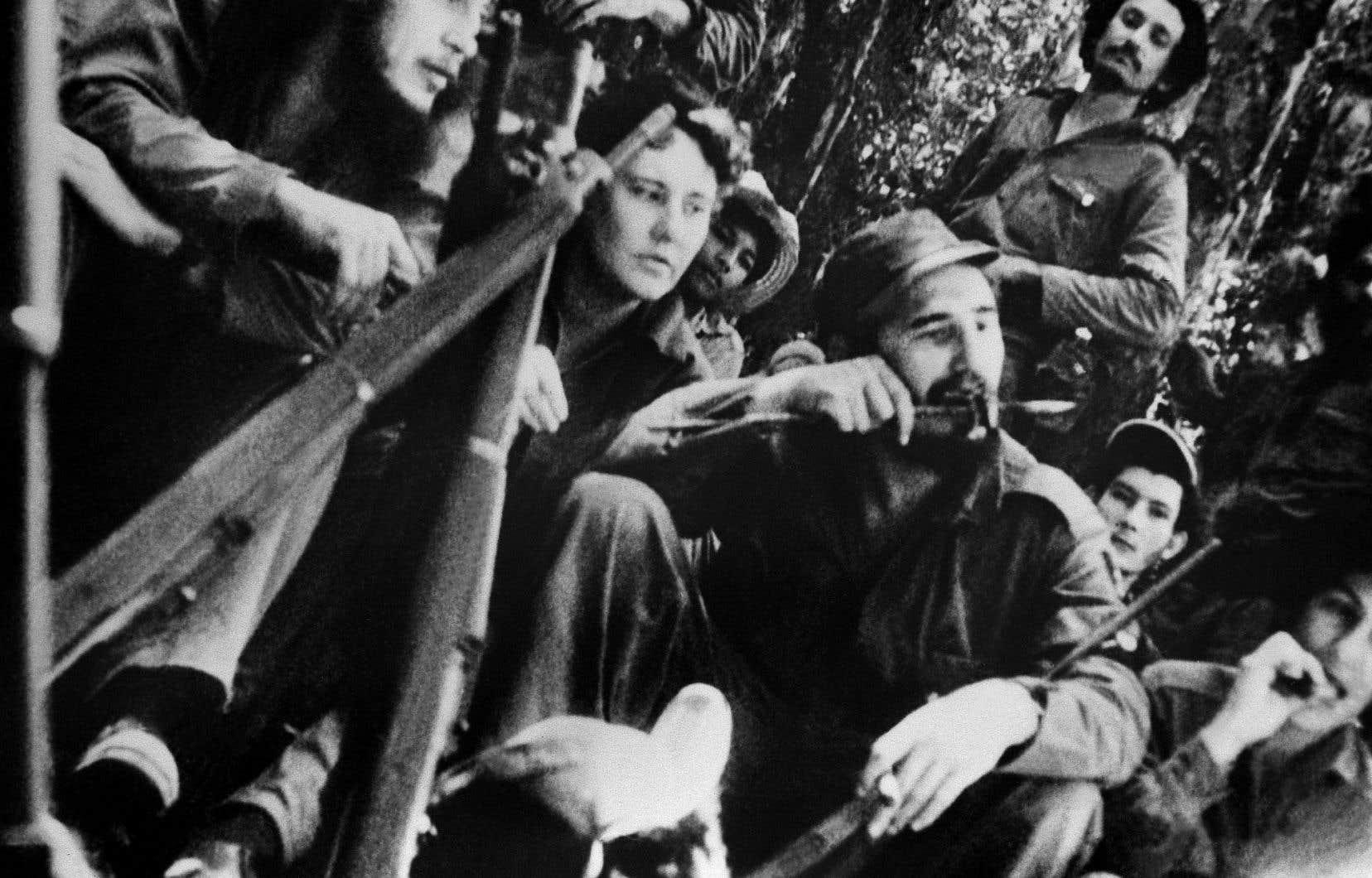 En 1958, le jeune leader révolutionnaire (au centre), entouré de guérilleros, assiste à un concert donné dans la jungle cubaine.