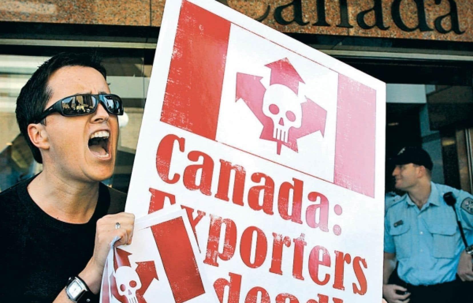 En Australie, des manifestants dénoncent l'appui du gouvernement canadien à l'exportation d'amiante.