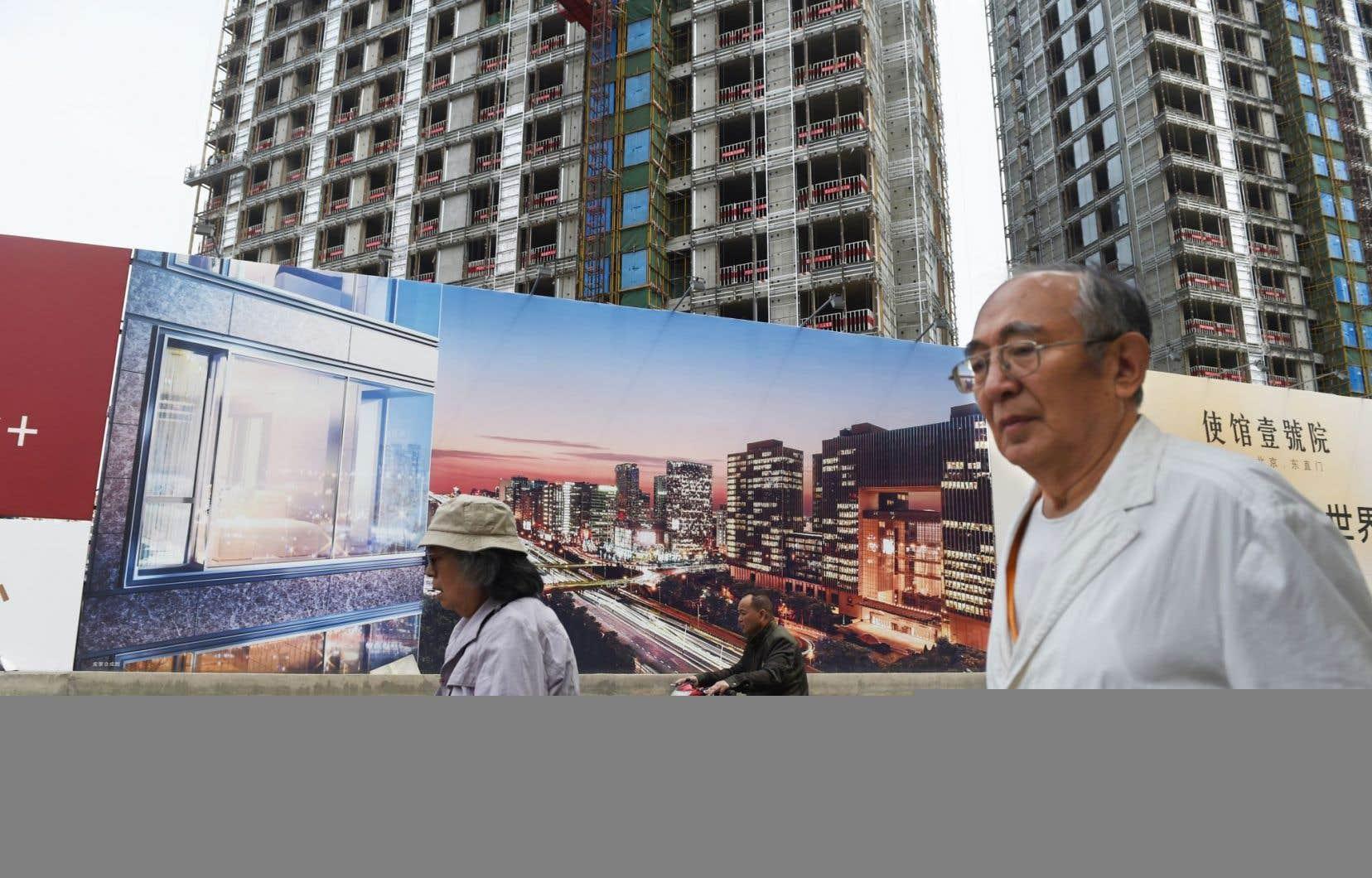À Pékin, un passant devant un projet immobilier
