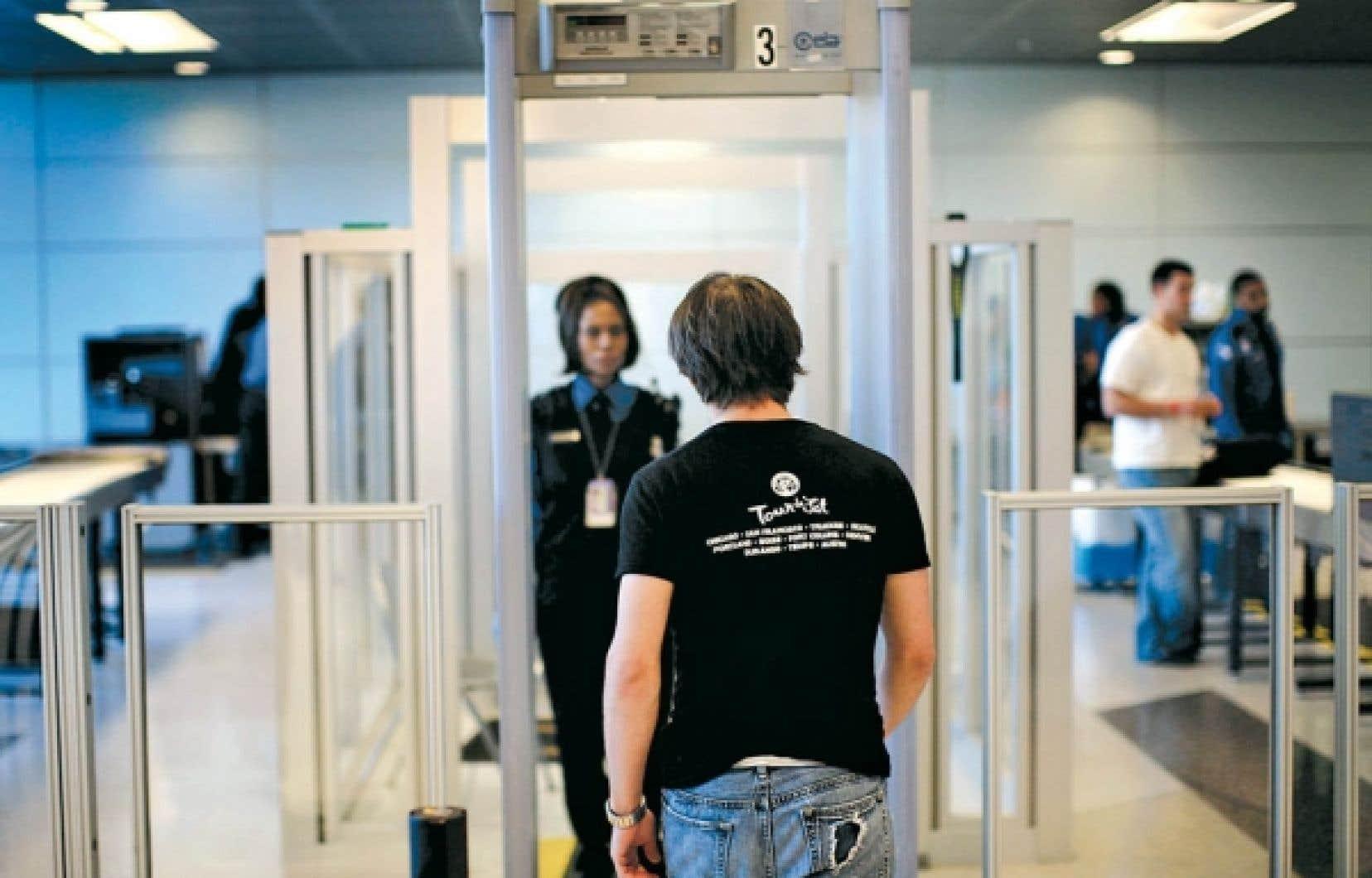 Dans les aéroports canadiens, les voyageurs qui déclencheront l'alarme des détecteurs de métal dans les aéroports devront être examinés par un agent de contrôle du même sexe.