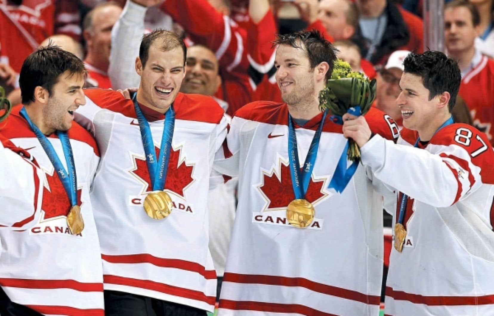 Patrice Bergeron, Ryan Getzlaf, Rick Nash et Sidney Crosby, leur médaille d'or au cou, célèbrent leur triomphe.