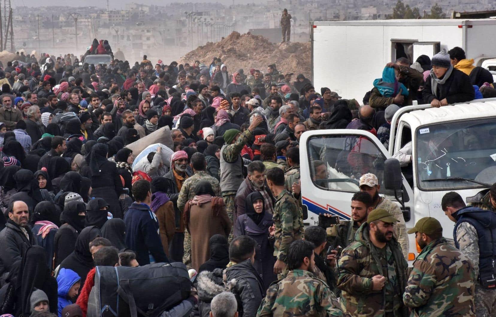 Des habitants continuent de fuir massivement la ville d'Alep.