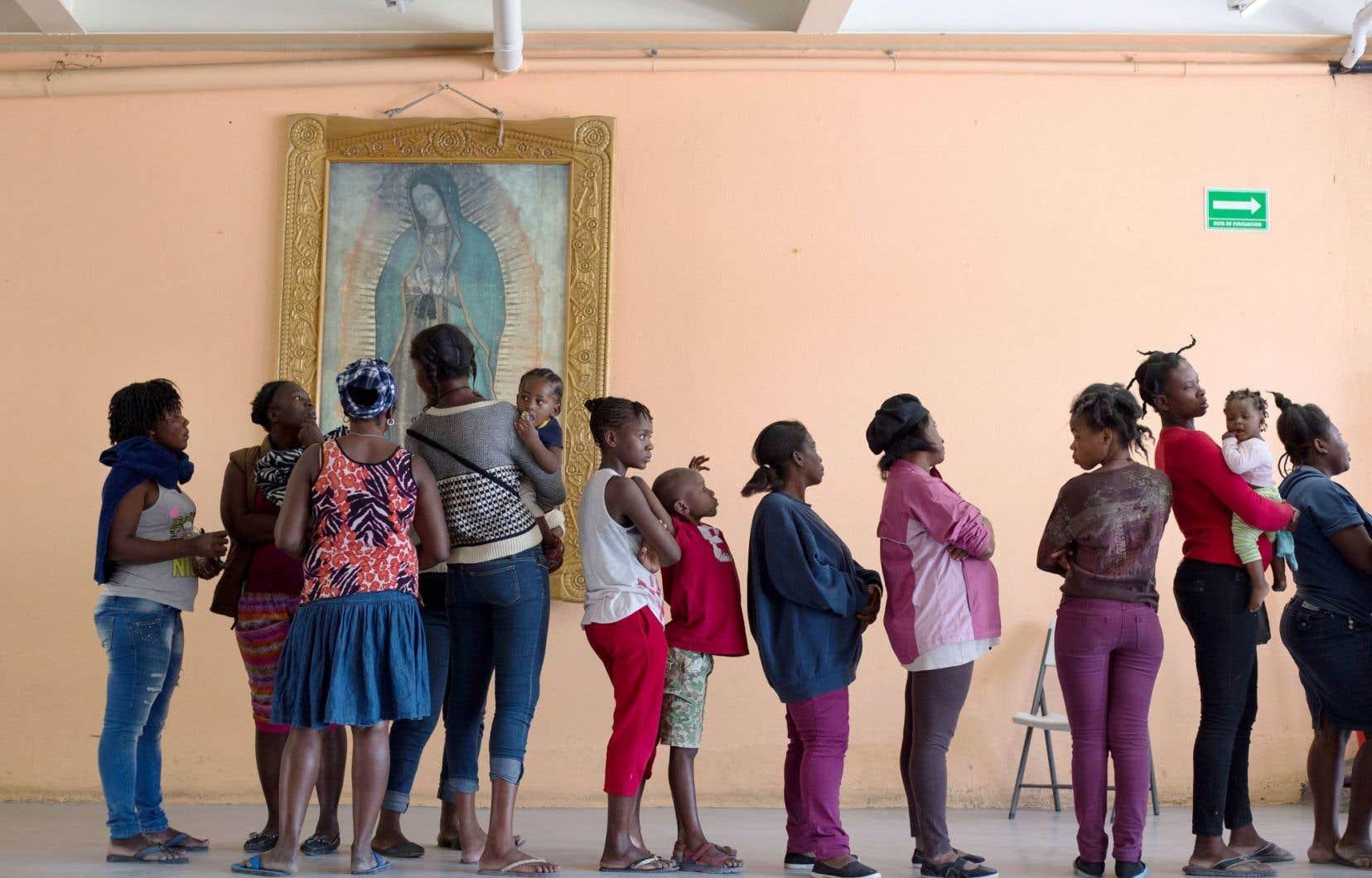Des migrants haïtiens font la file afin de manger dans un refuge de la ville frontalière de Tijuana, au Mexique.