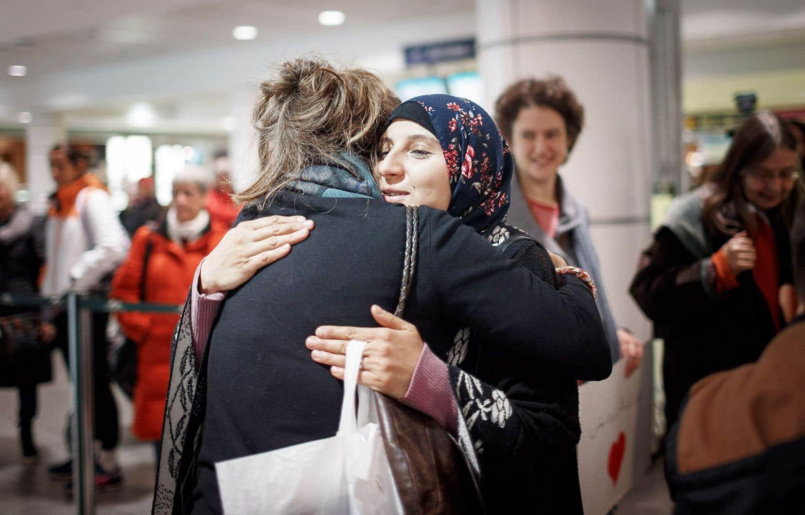 Marwa Darwish est chaleureusement accueillie par Rafaëlle Sinave.