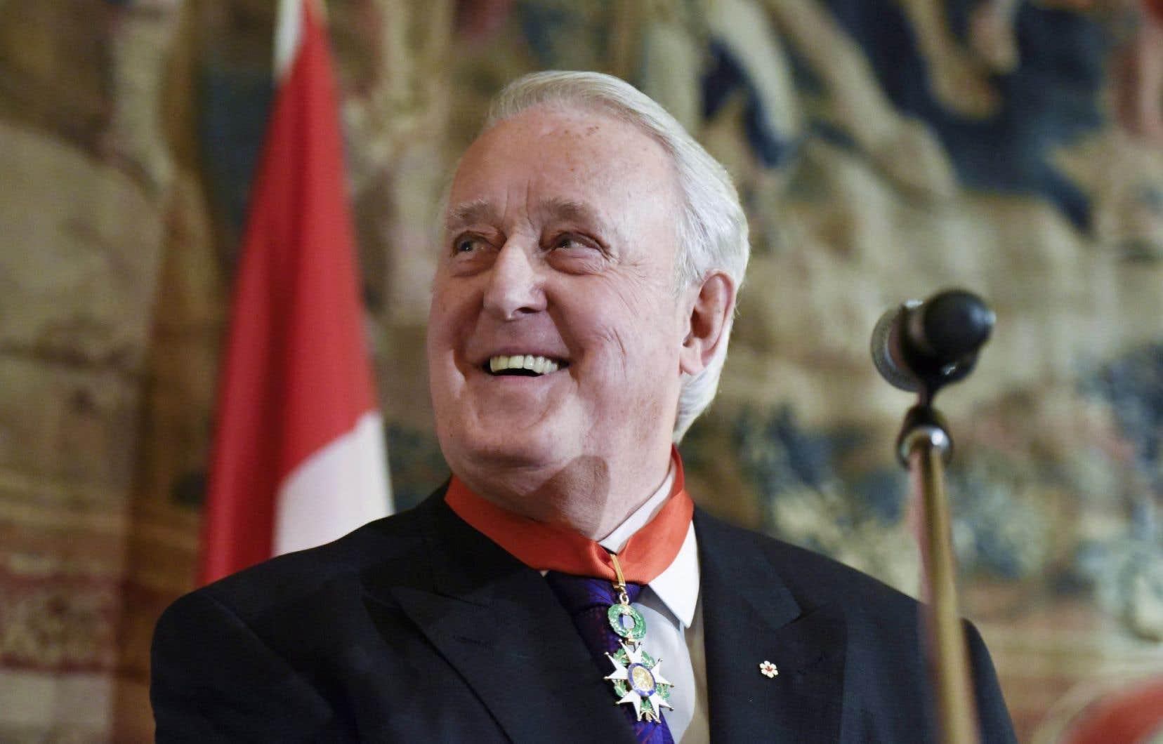 Brian Mulroney a reçu mardi l'insigne de commandeur de la Légion d'honneur française.