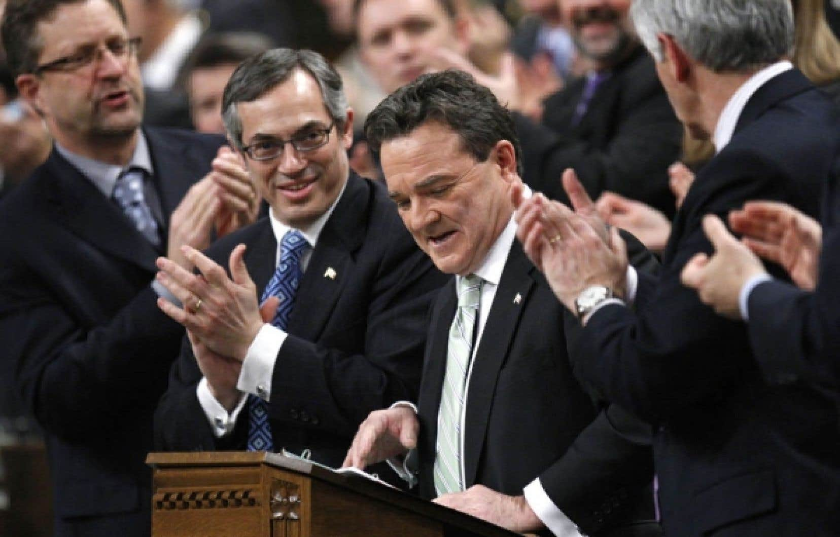 Les élus conservateurs applaudissent le ministre des Finances, Jim Flaherty.