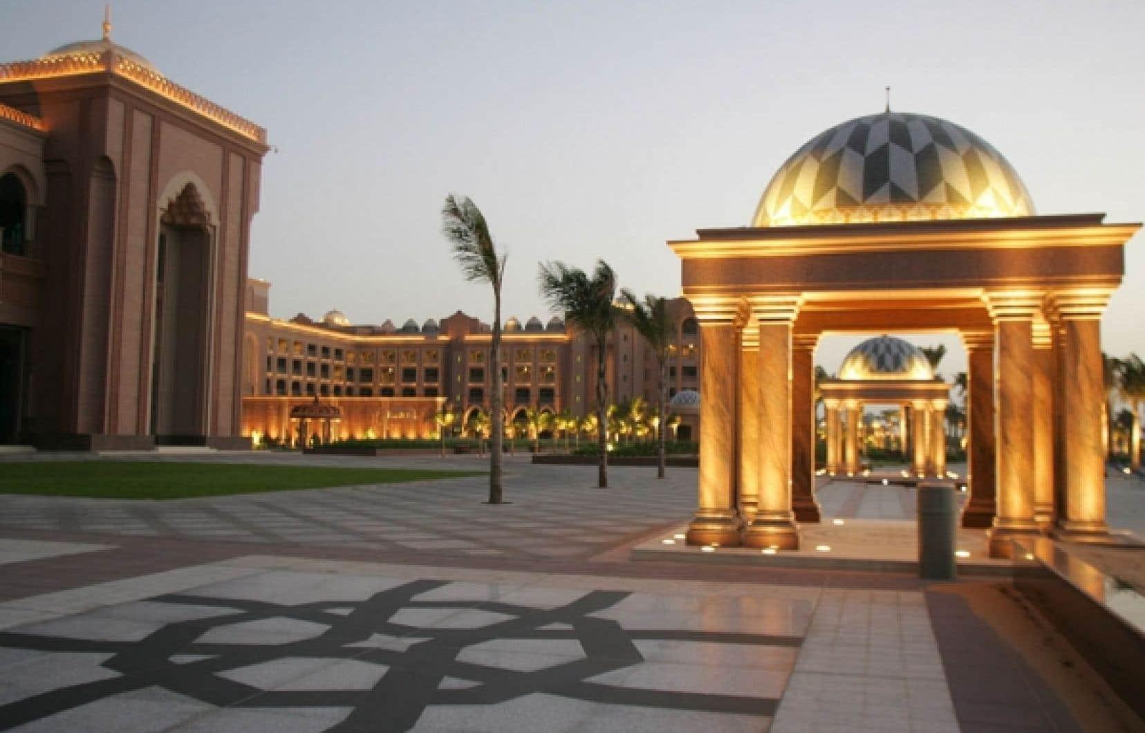 Le Palais des Émirats arabes unis est l'hôtel le plus luxueux d'Abu Dhabi, avec ses 114 dômes décorés de céramique et ses poutres de marbre. À l'intérieur, on trouve plus d'un millier de chandeliers de cristal et des couloirs aussi larges que des avenues.