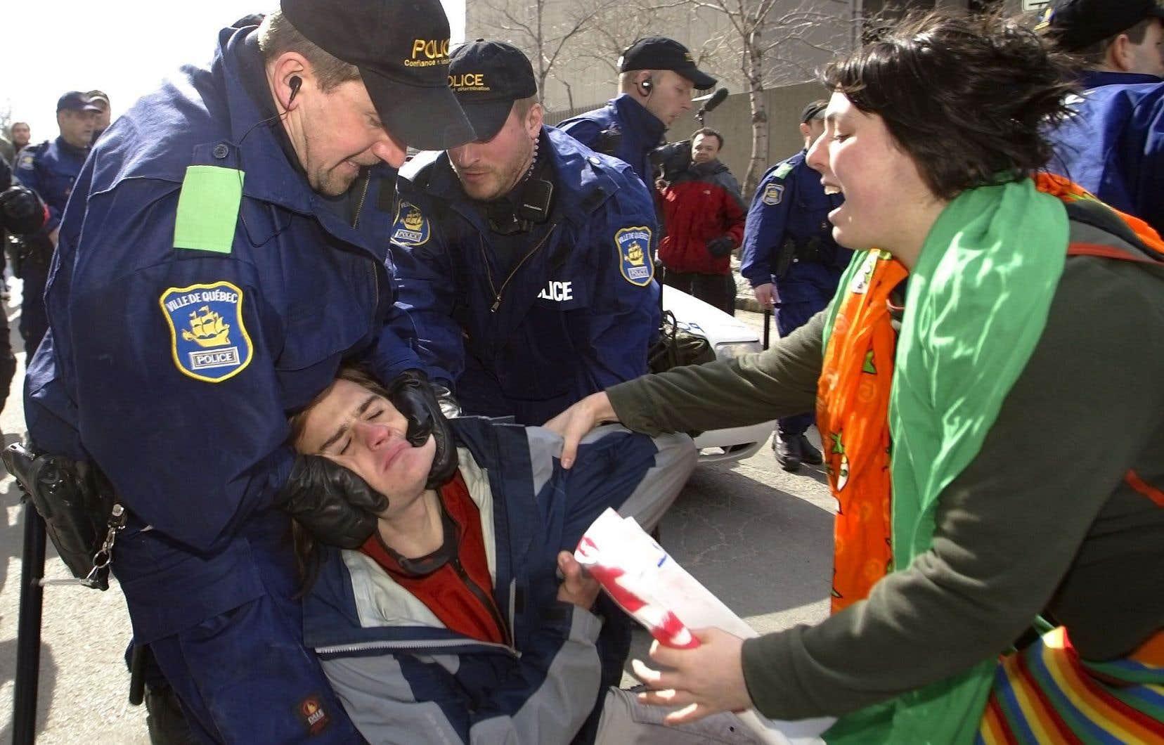 Grève étudiante de 2005: dérapage policier devant le Complexe G de Québec