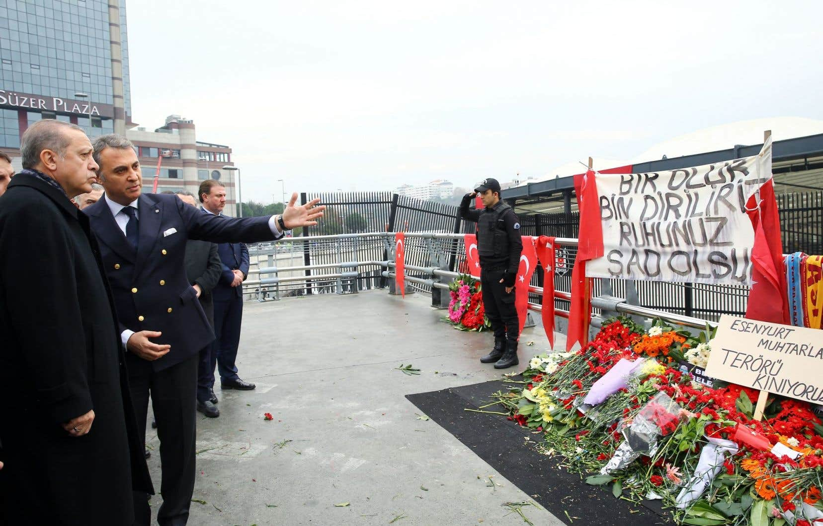 Le président turc, Recep Tayyip Erdogan, s'est rendu lundi sur les lieux de l'attaque, ainsi qu'aux enterrements de certains policiers.