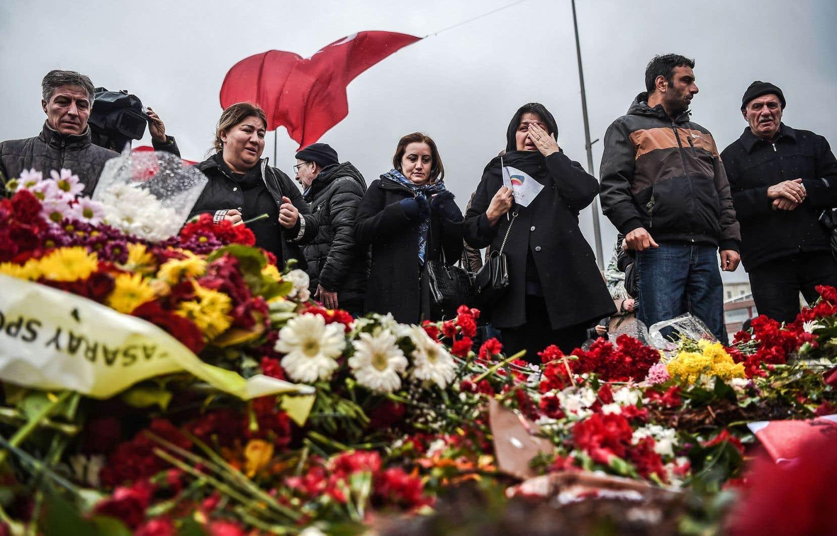 L'attentat de samedi dernier à Istanbul a suscité l'appui de la communauté internationale. Ci-dessus, des Istanbuliotes pleurent les 38 morts.