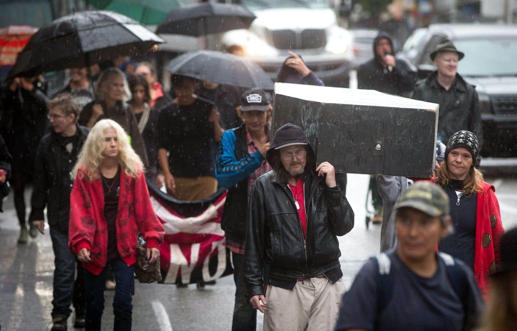 À Vancouver, à la fin de l'été, des citoyens ont déambulé dans la rue, portant un cercueil, en souvenir de ceux qui sont morts d'une surdose de drogue.