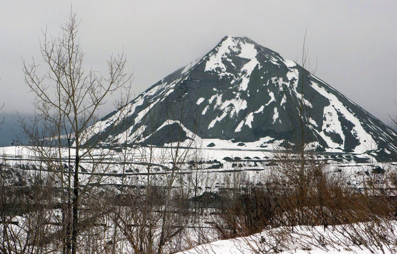 Une montagne de résidus d'amiante à Thetford Mines qui sert de matière première à des entreprises comme Alliance-Magnésium.