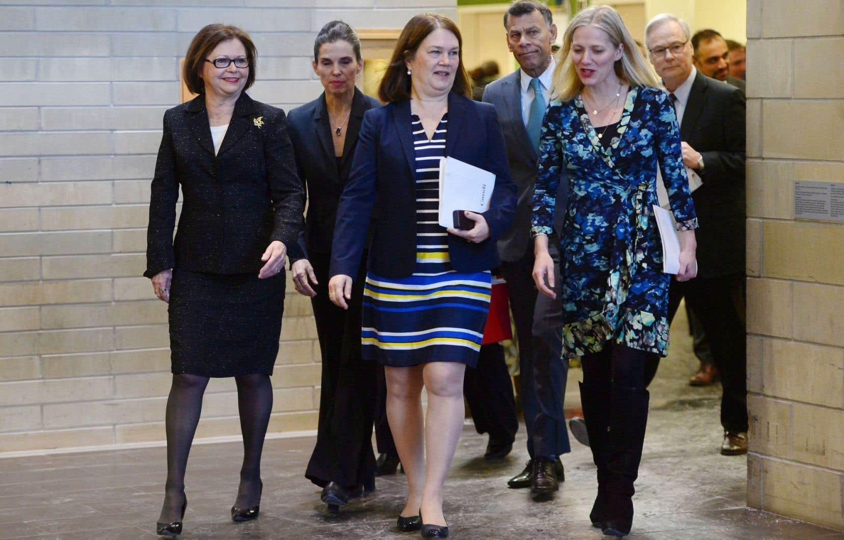 Les ministres Judy Foote (Services publics et Approvisionnement), Kirsty Duncan (Sciences), Jane Philpott (Santé) et Catherine McKenna (Environnement) ont participé à une conférence de presse conjointe afin d'annoncer le bannissement de l'amiante au Canada.