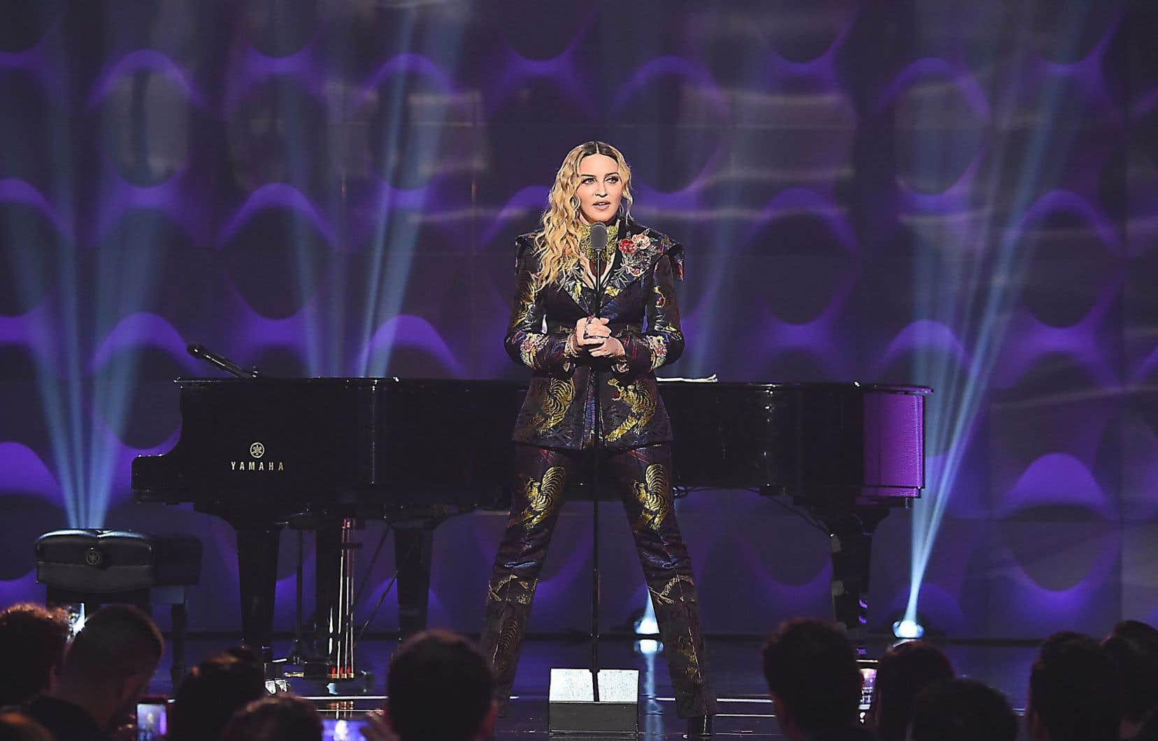 Durant le gala Billboard's Women in Music, Madonna est montée sur scène le 9décembre et a lâché sa bombe: «Je mesens toujours mieux avec quelque chose de dur entre mesjambes», a lancé la diva alors qu'elle calait ses pieds de chaque côté du pied du micro.