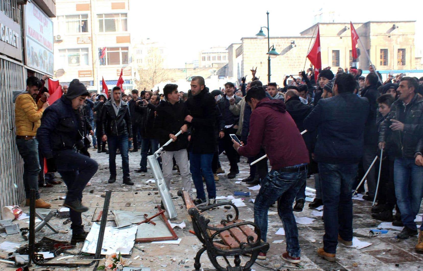 À Kayseri, plusieurs dizaines de militants nationalistes ont saccagé le local de la formation prokurde avant de tenter d'y mettre le feu.