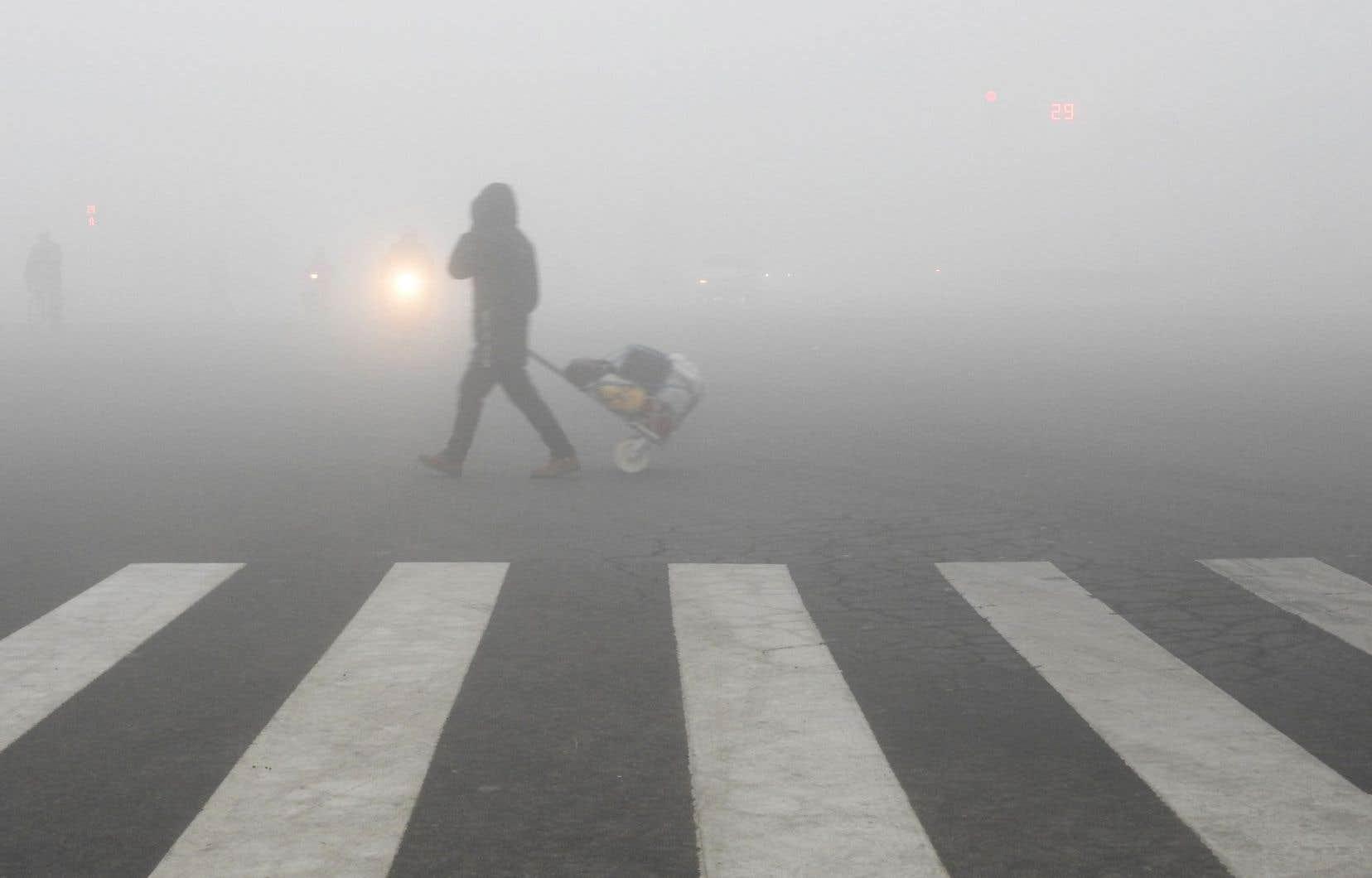 <p>Le brouillard polluant qui frappe très régulièrement Pékin provient principalement de la combustion du charbon utilisé pour l'électricité et le chauffage, dont la demande augmente durant les rudes hivers pékinois.</p>