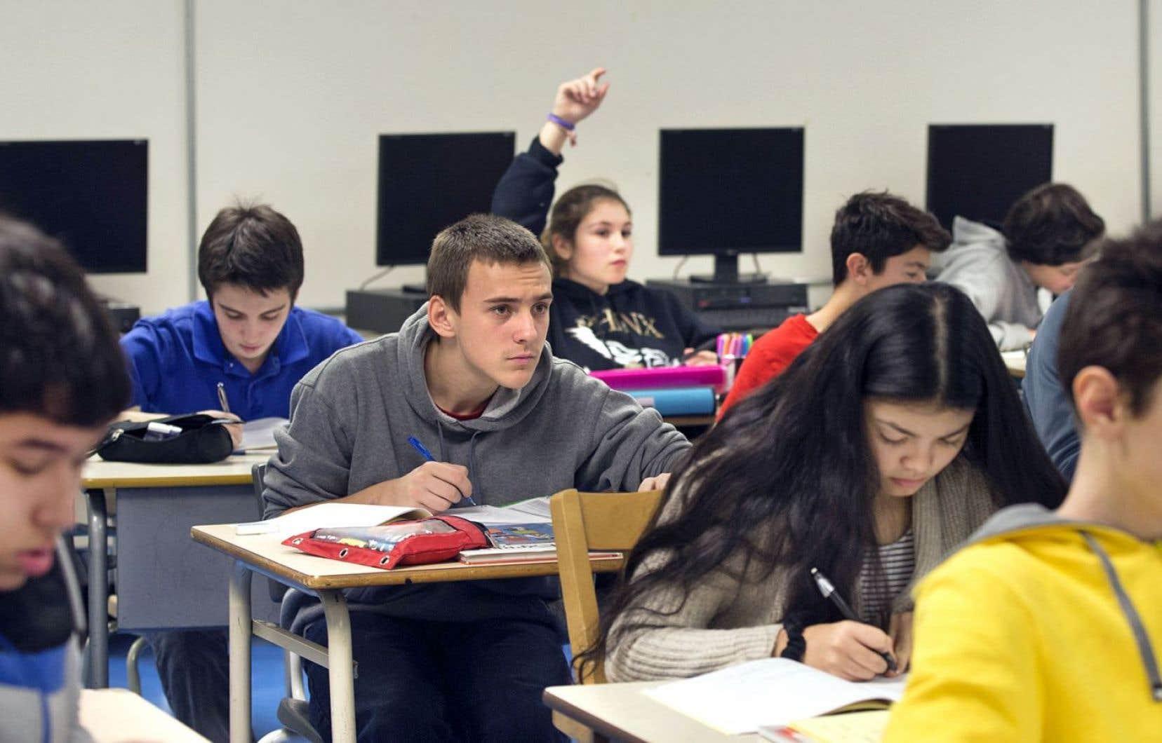 Le ministre de l'Éducation implantera un cours d'éducation financière au secondaire en 2017.